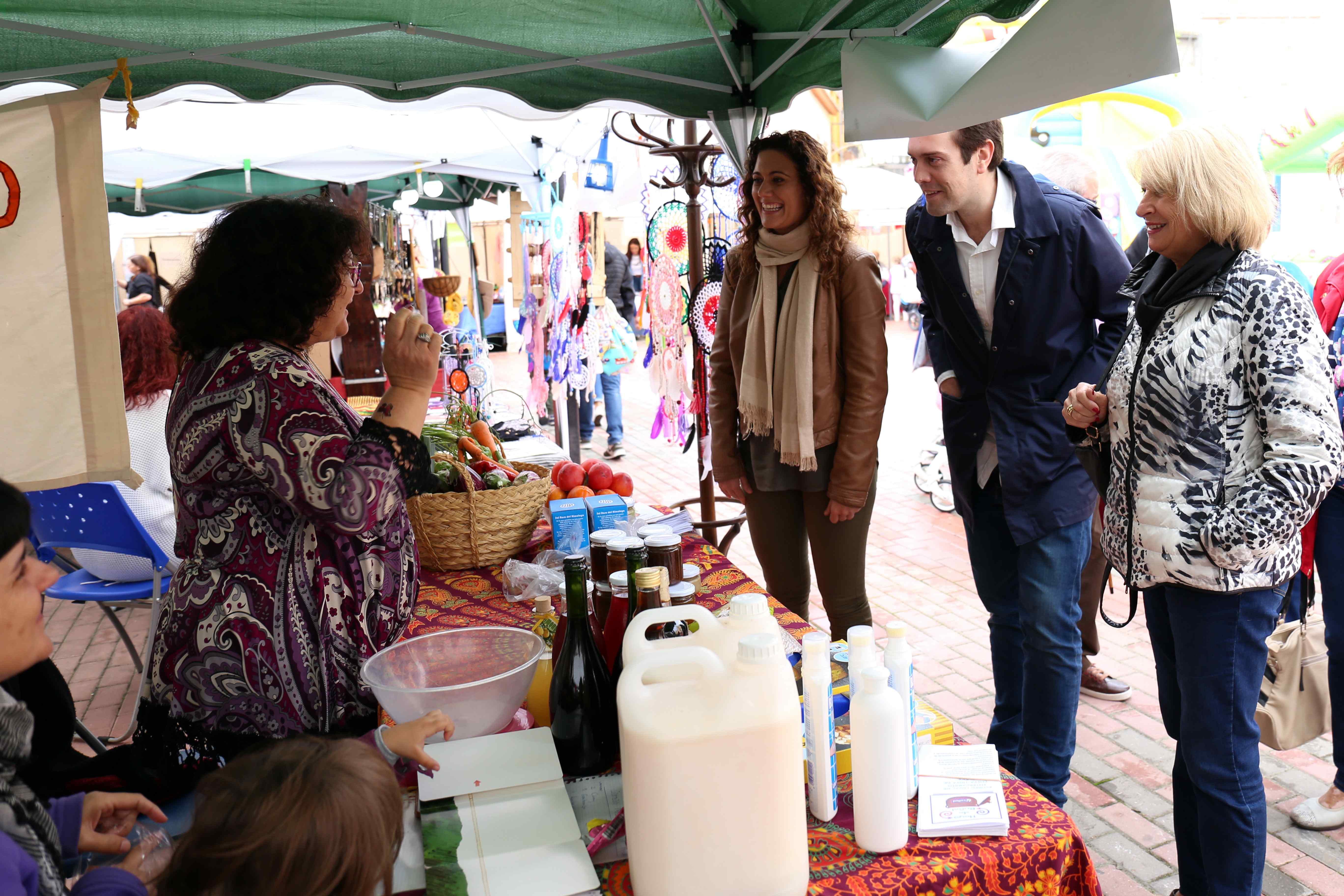 La décima edición de la FICA, Feria Intercultural, Comercial y Alternativa de Cheste, organizada por la concejalía de Comercio.