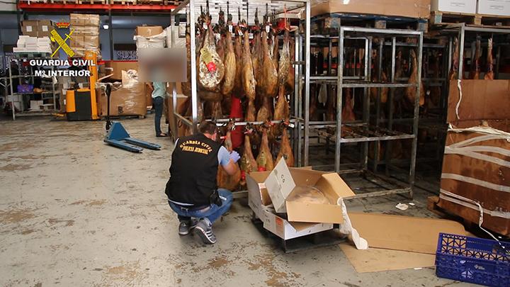 En los tres registros realizados en Valencia y Madrid se inmovilizaron más de mil toneladas de productos cárnicos insalubres cuyo valor rondaría los 5 millones de euros.