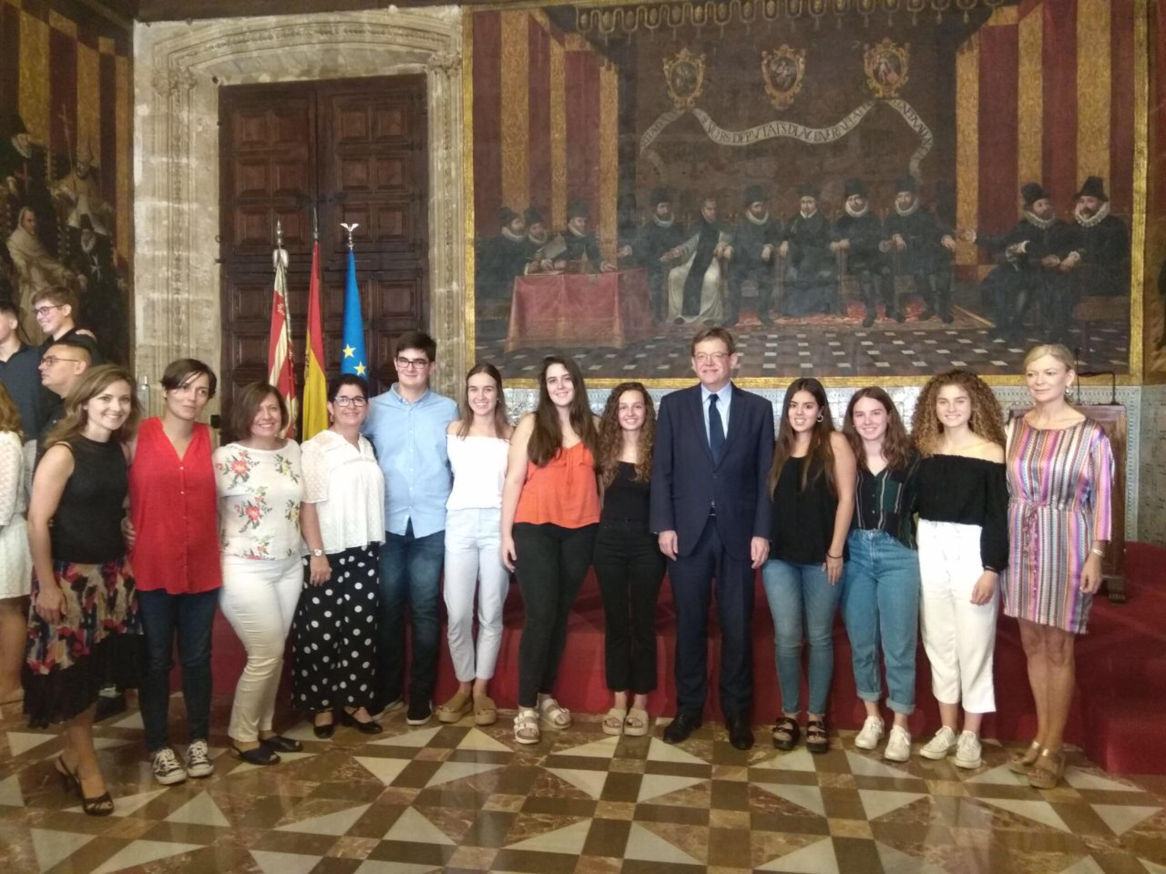 Alumnado, profesoras del IES Hoya de Buñol y alcaldesas de Buñol y Macastre en en la recepción de Ximo Puig.