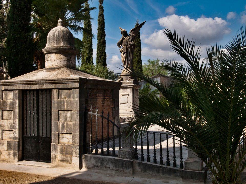 Una de las tumbas del cementerio de Buñol.