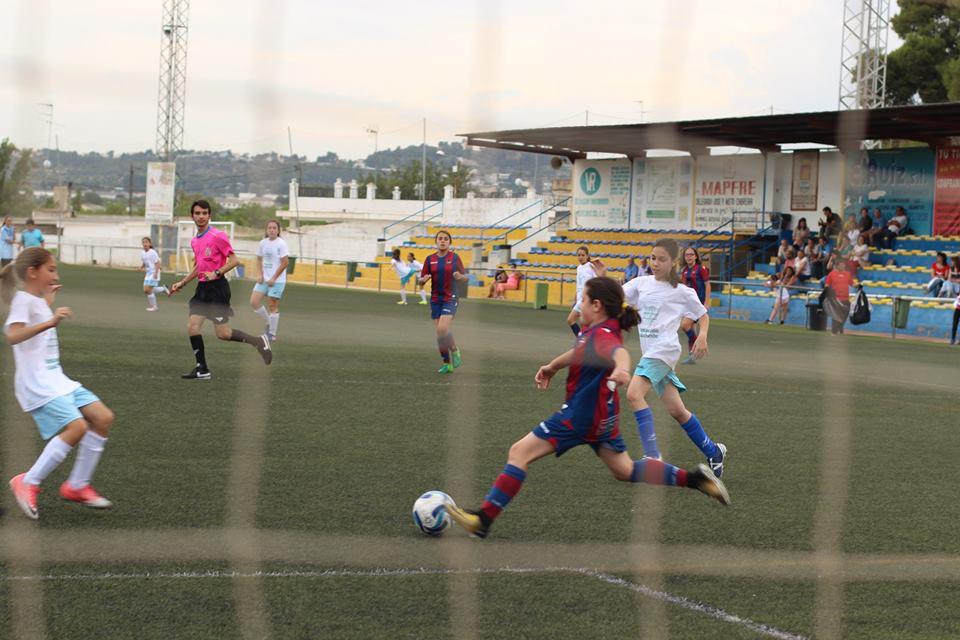 El equipo está formado por 15 niñas, entre ellas tres buñolenses, que jugarán todos los viernes a las 18,30 horas en el Campo La Viña.