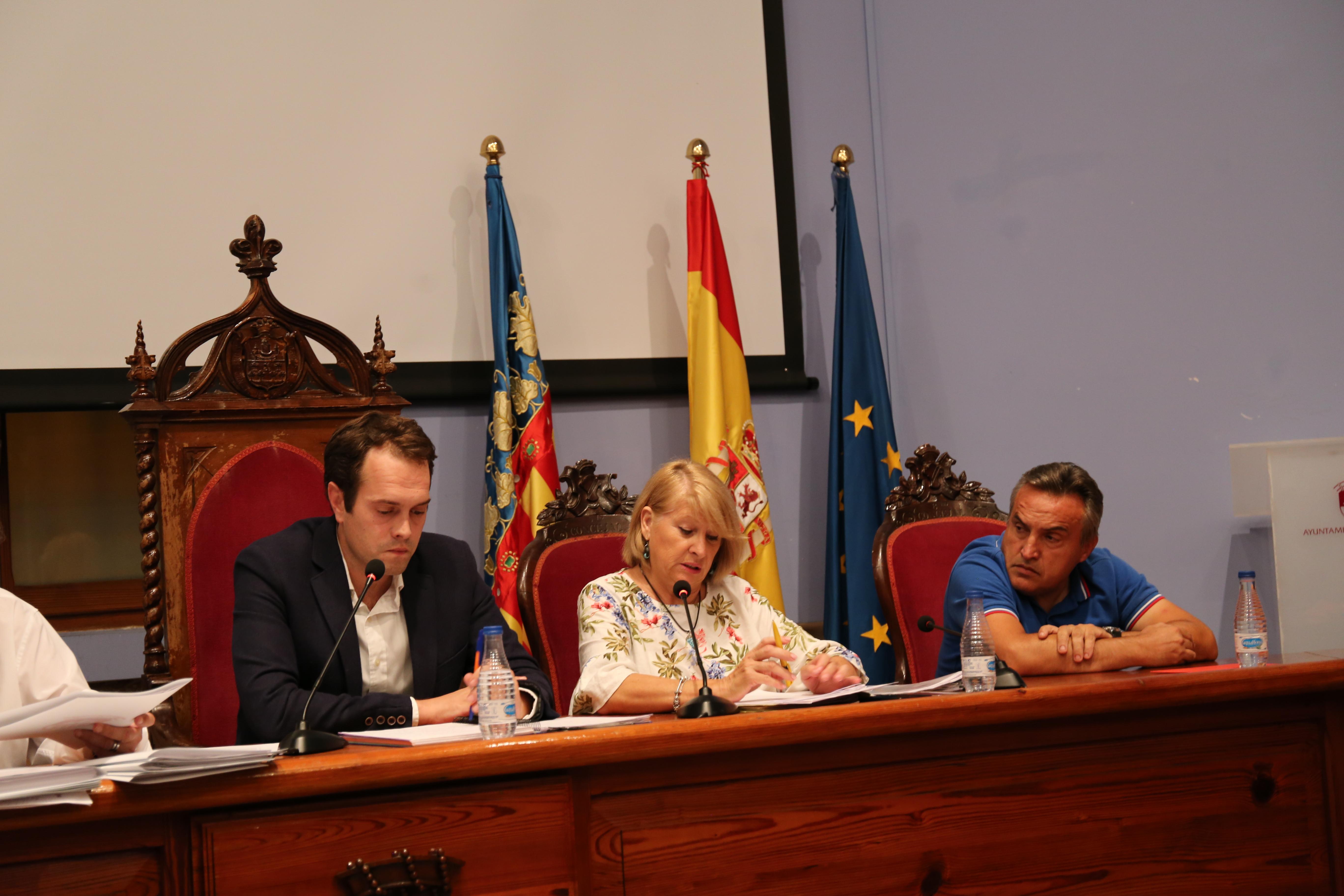 El alcalde y la concejala Carmen Delgado en una última sesión plenaria.