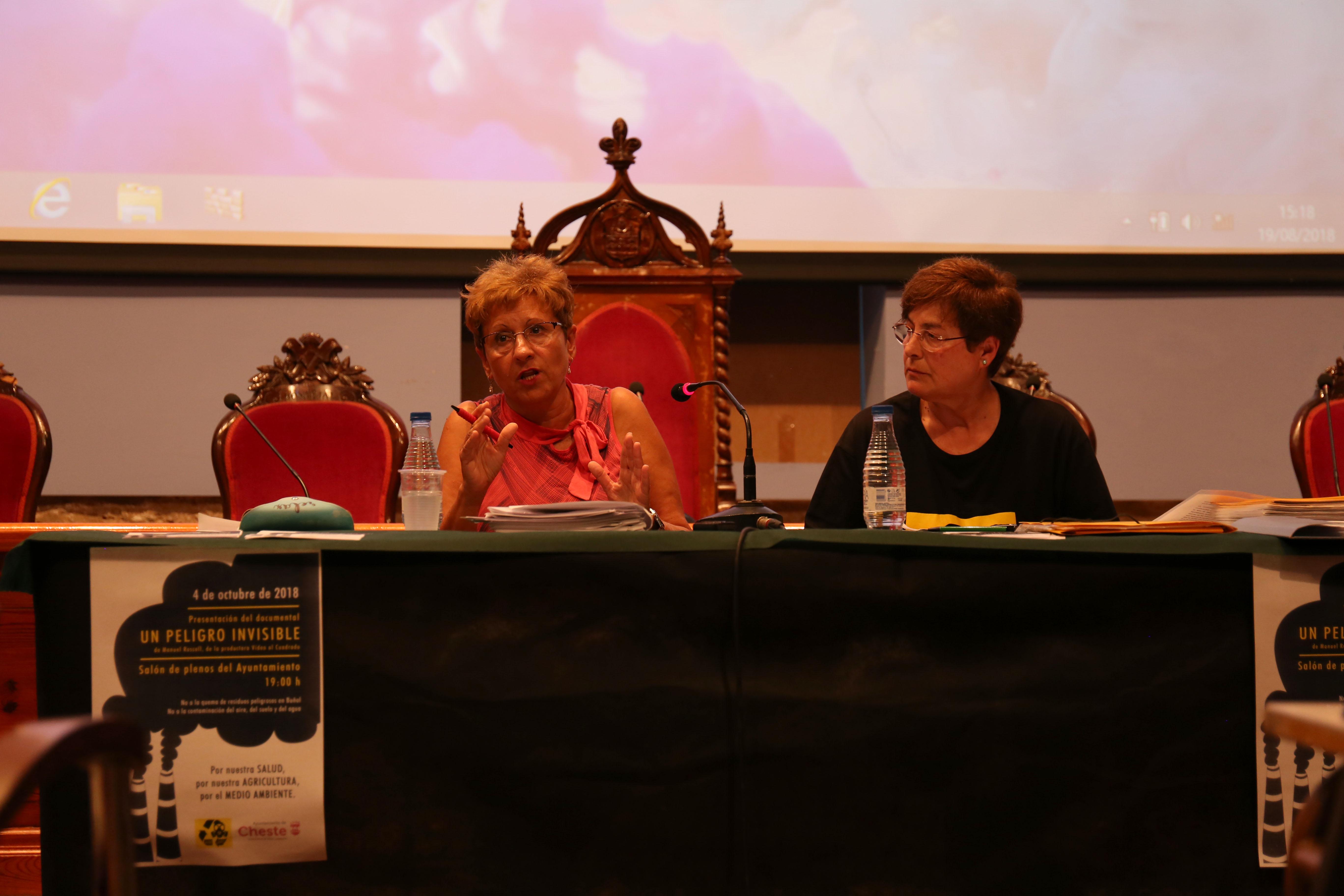 Mª Ángeles Llorente, concejala de Medio Ambiente y Sanidad, y Jorgina Gil, representante de la Plataforma Aire Limpio.