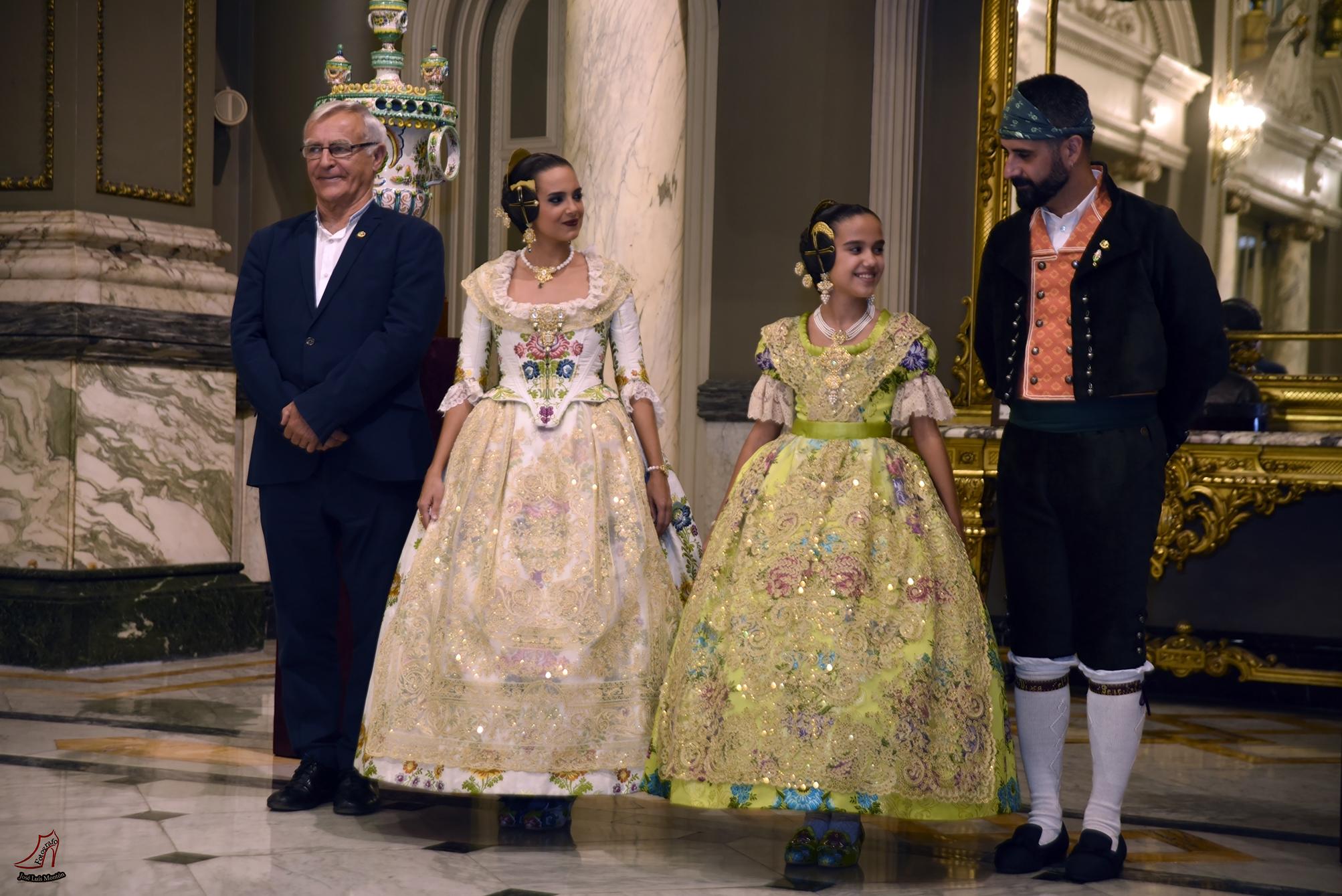 Las Falleras Mayores de Valencia con el Alcalde de Valencia, Joan Ribó, y el concejal de Fallas, Pere Fuset.