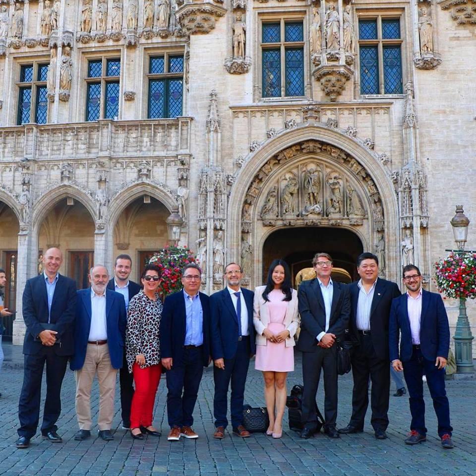 Los alcaldes junto al diputado provincial y la representante de la Ruta de la Seda en Bruselas.