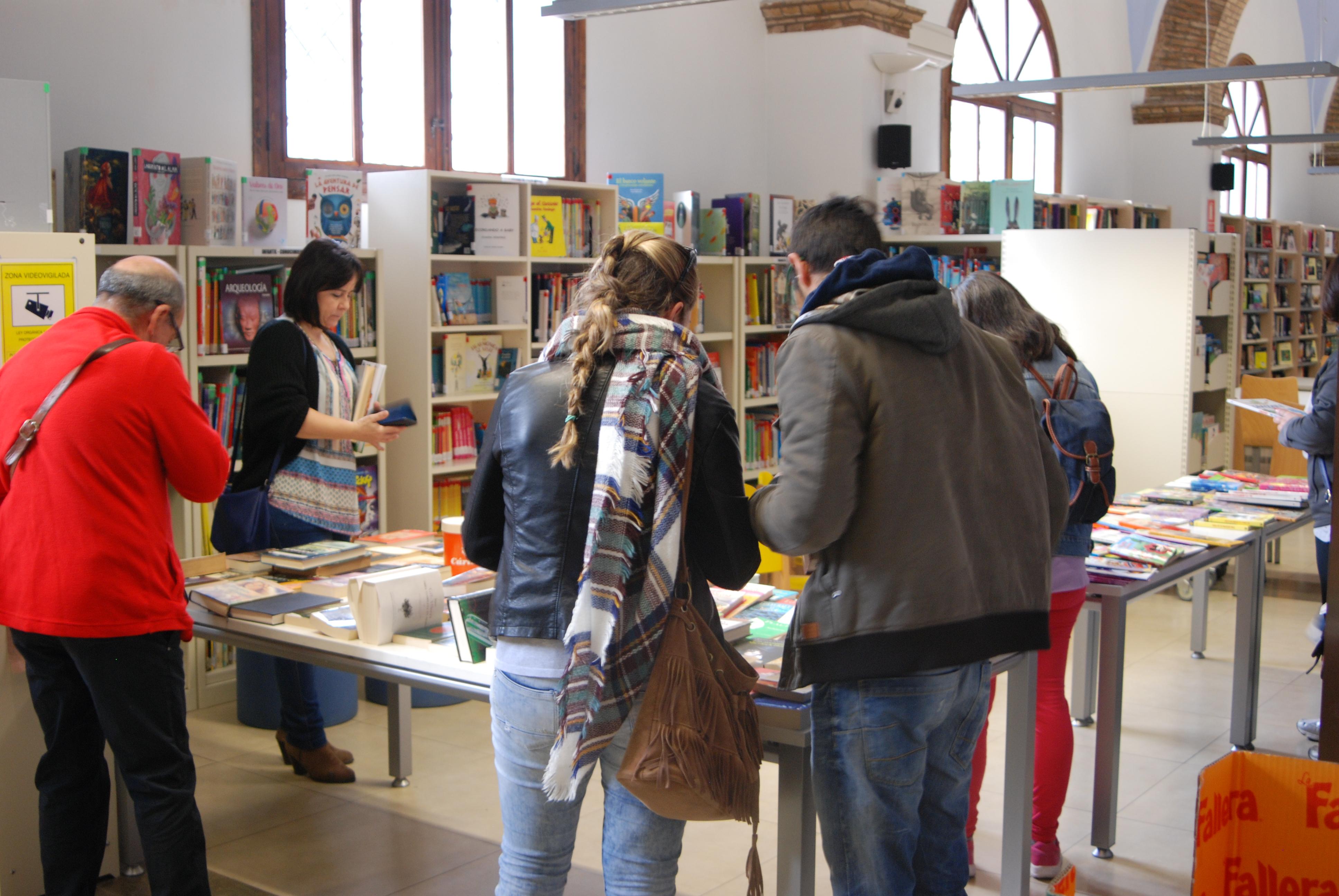 """Séptima edición de """"Con tu ayuda un libro""""; campaña solidaria de la Biblioteca de Requena y Cáritas."""