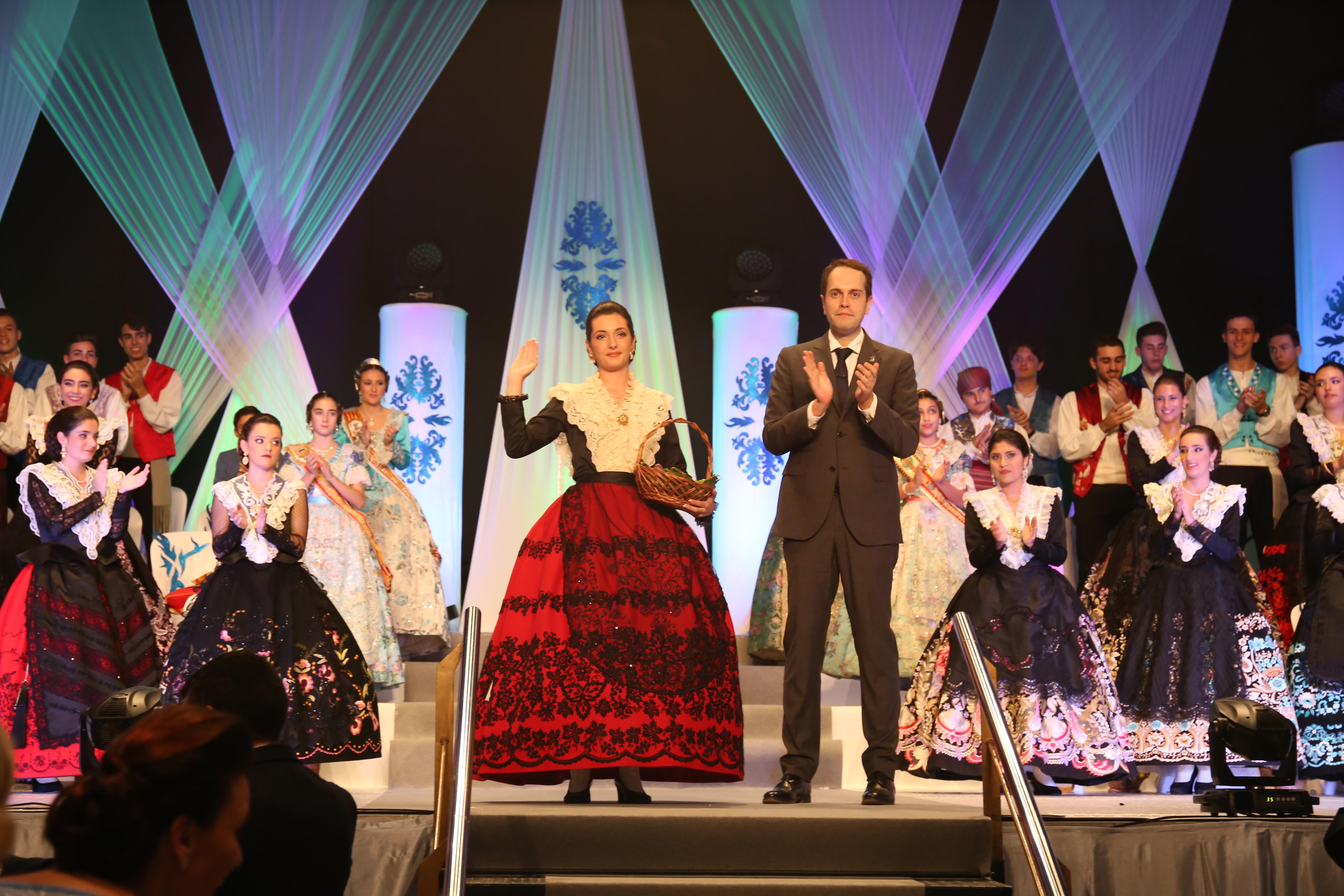 El pasado sábado, 29 de septiembre, el Teatro Liceo, con el aforo completo, acogió la esperada Presentación de la Reina de la XLV Fiesta de la Vendimia, Eva Pérez Vidal, y de su corte honor.
