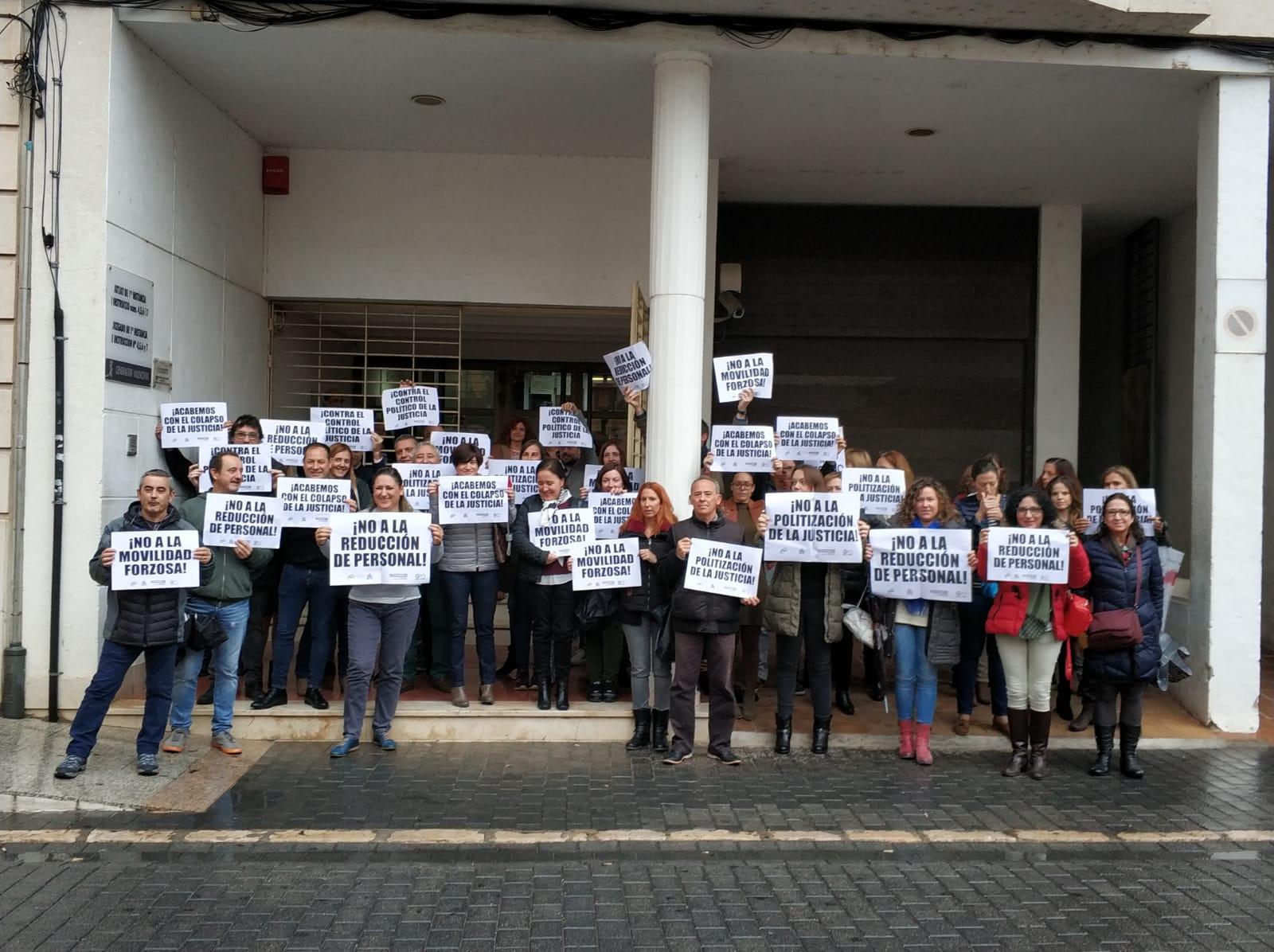 Concentración realizada ante los juzgados de Alzira.