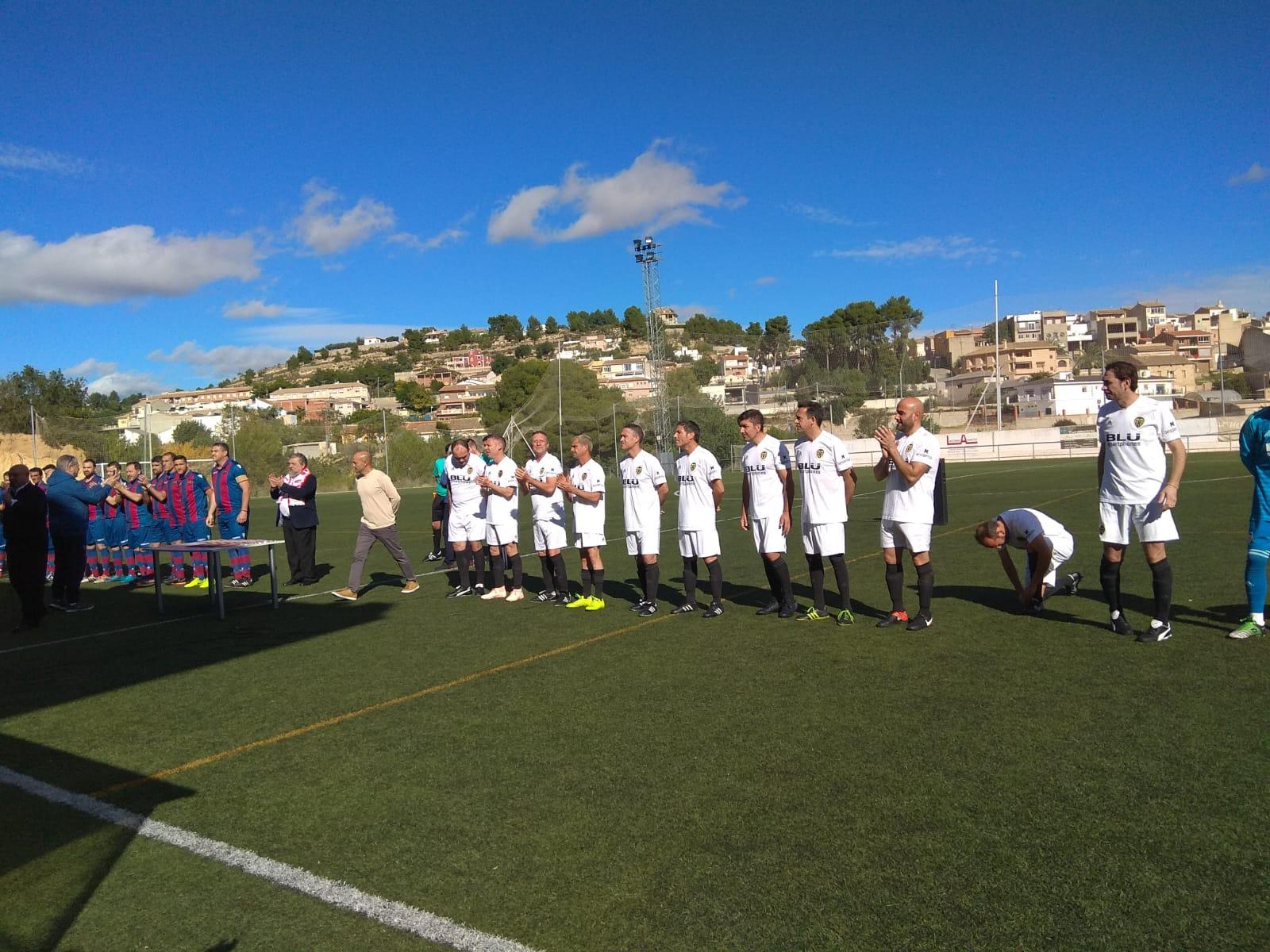 Los veteranos del Levante UD y del Valencia CF han ofrecido un partido conmemorativo de la efeméride.