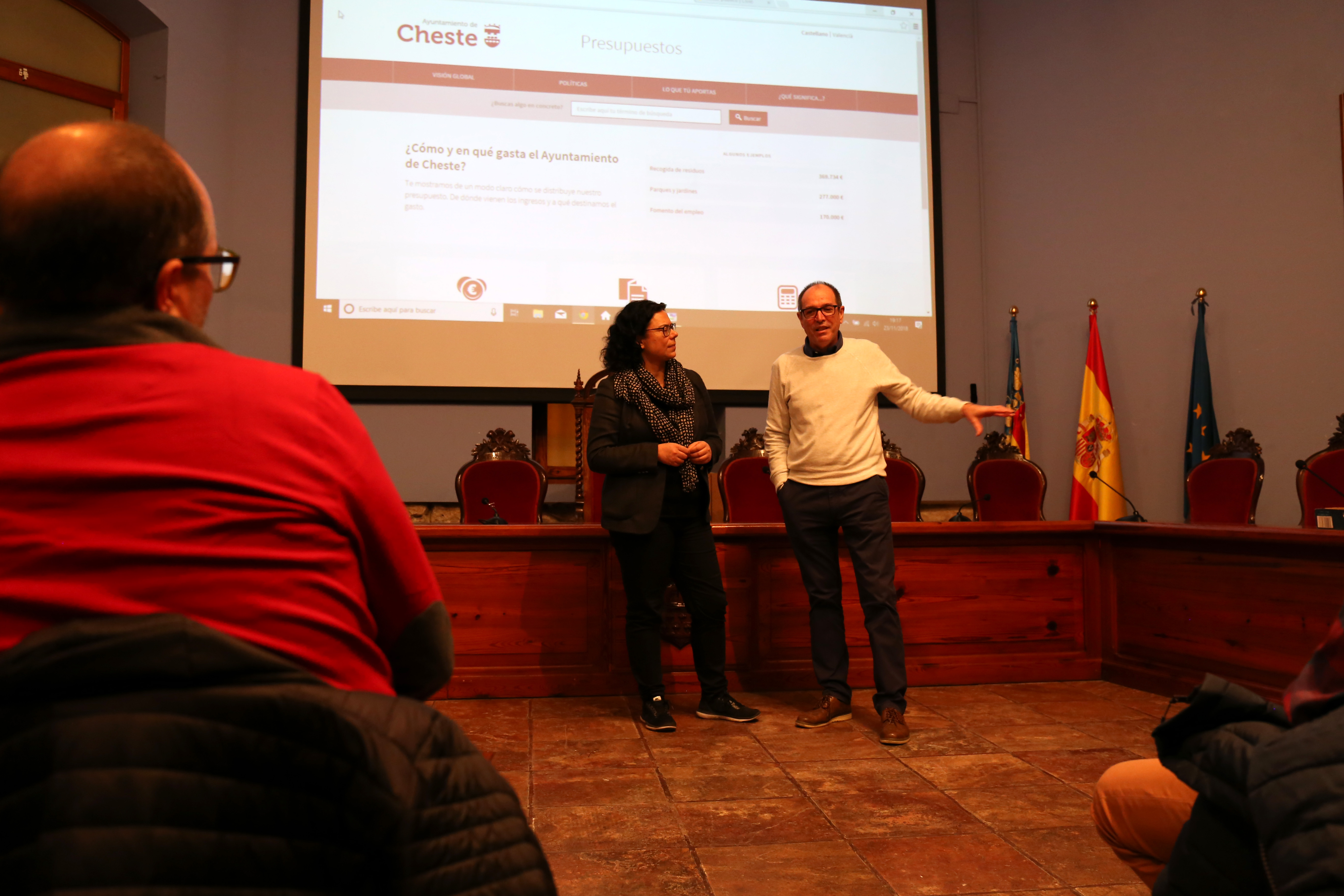 """Sonia Pérez y José Vicente Guijarro durante la presentación de """"a dónde van mis impuestos""""."""