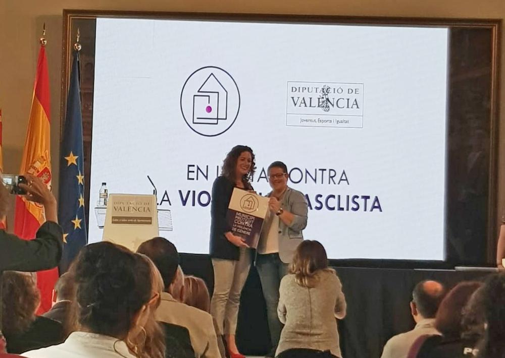 La concejala de Igualdad del Ayuntamiento, Ainoha Albiach, recibe la acreditación.