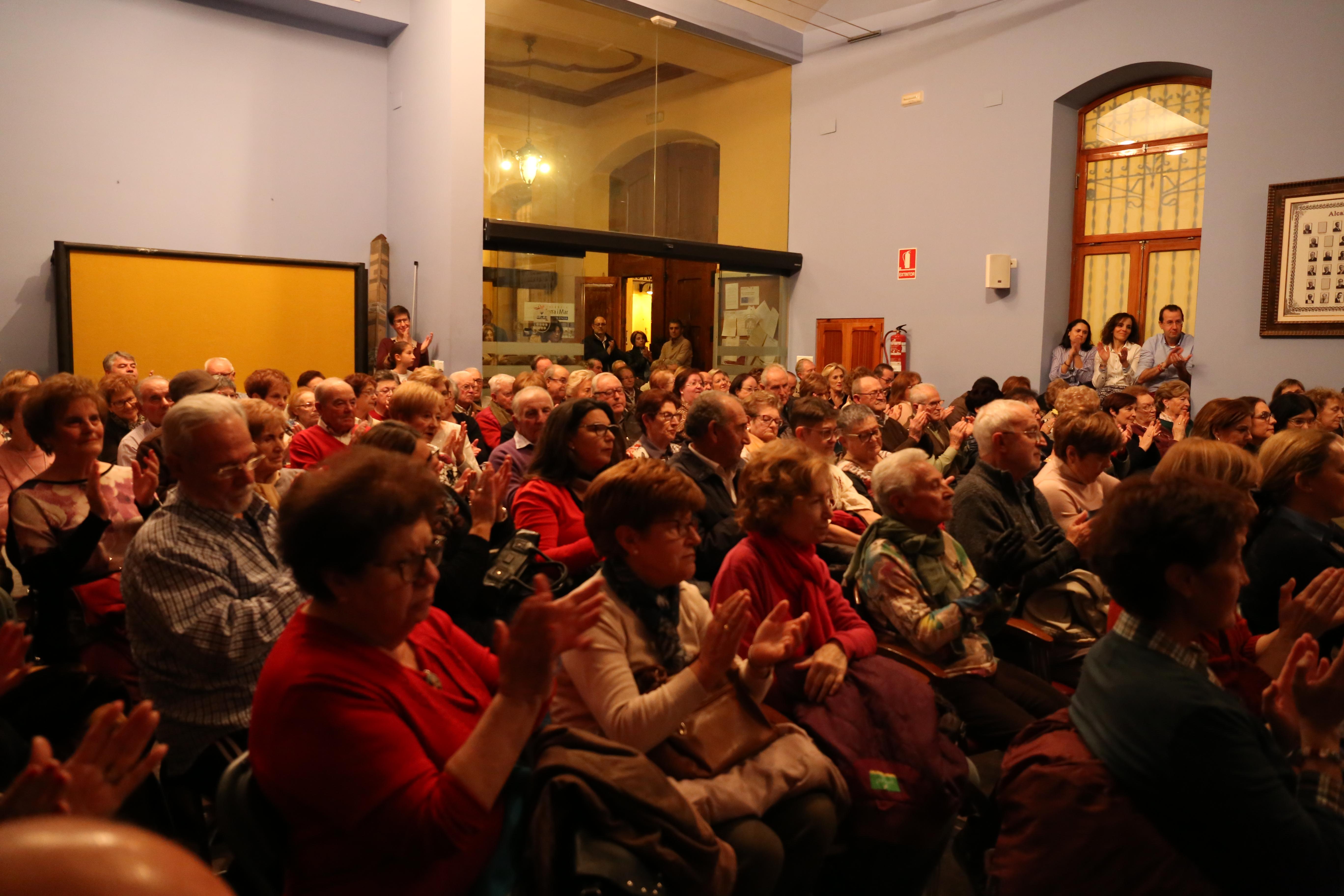 El pasado viernes, 30 de noviembre, el salón de plenos del Ayuntamiento se quedó pequeño para acoger el homenaje que familiares y allegados dedicaron Leonardo Casadó Carrión.