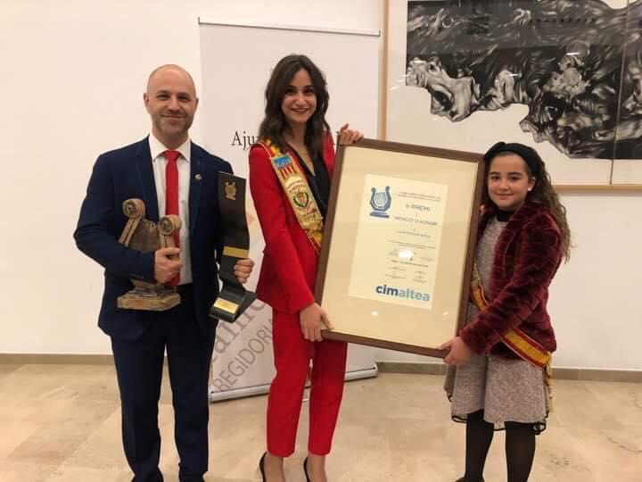 El presidente, Paco Blasco, junto a las Reinas del mantón con los galardones conseguidos.