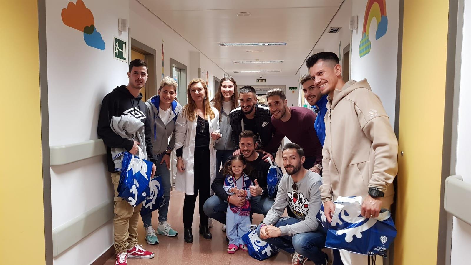 Los jugadores y jugadoras del Levante UD han recorrido la planta de Pediatría.