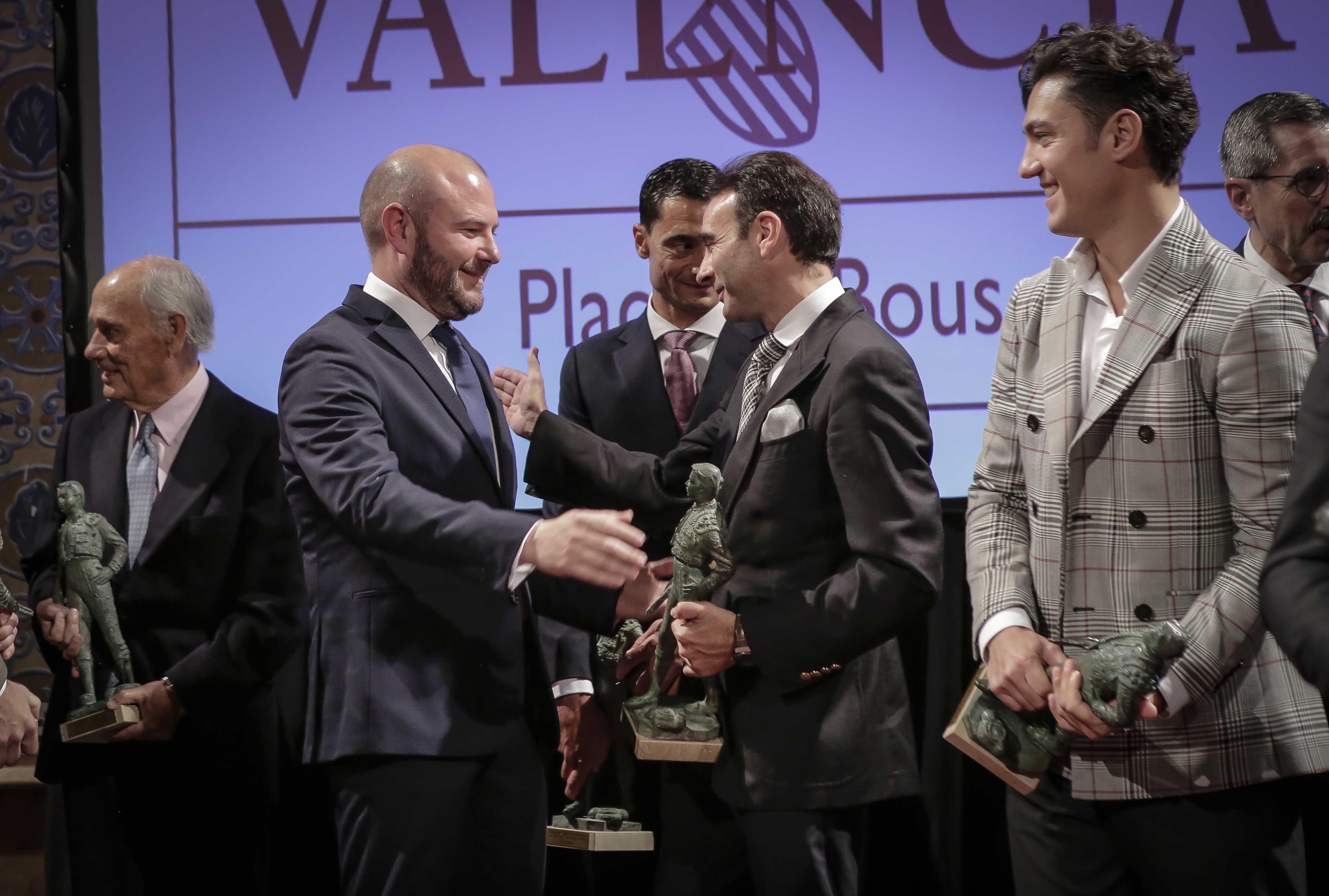 Ponce recibe el premio de manos del presidente de la Diputación de Valencia, Toni Gaspar.
