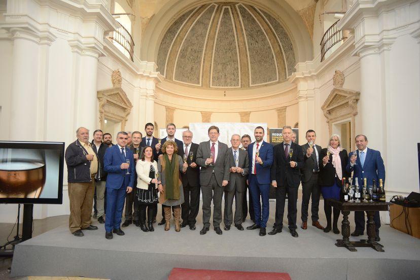 El IV Brindis del Cava, organizado por el Ayuntamiento de Requena, ha reunido a productores, enólogos y expertos en el ámbito de la producción del cava.