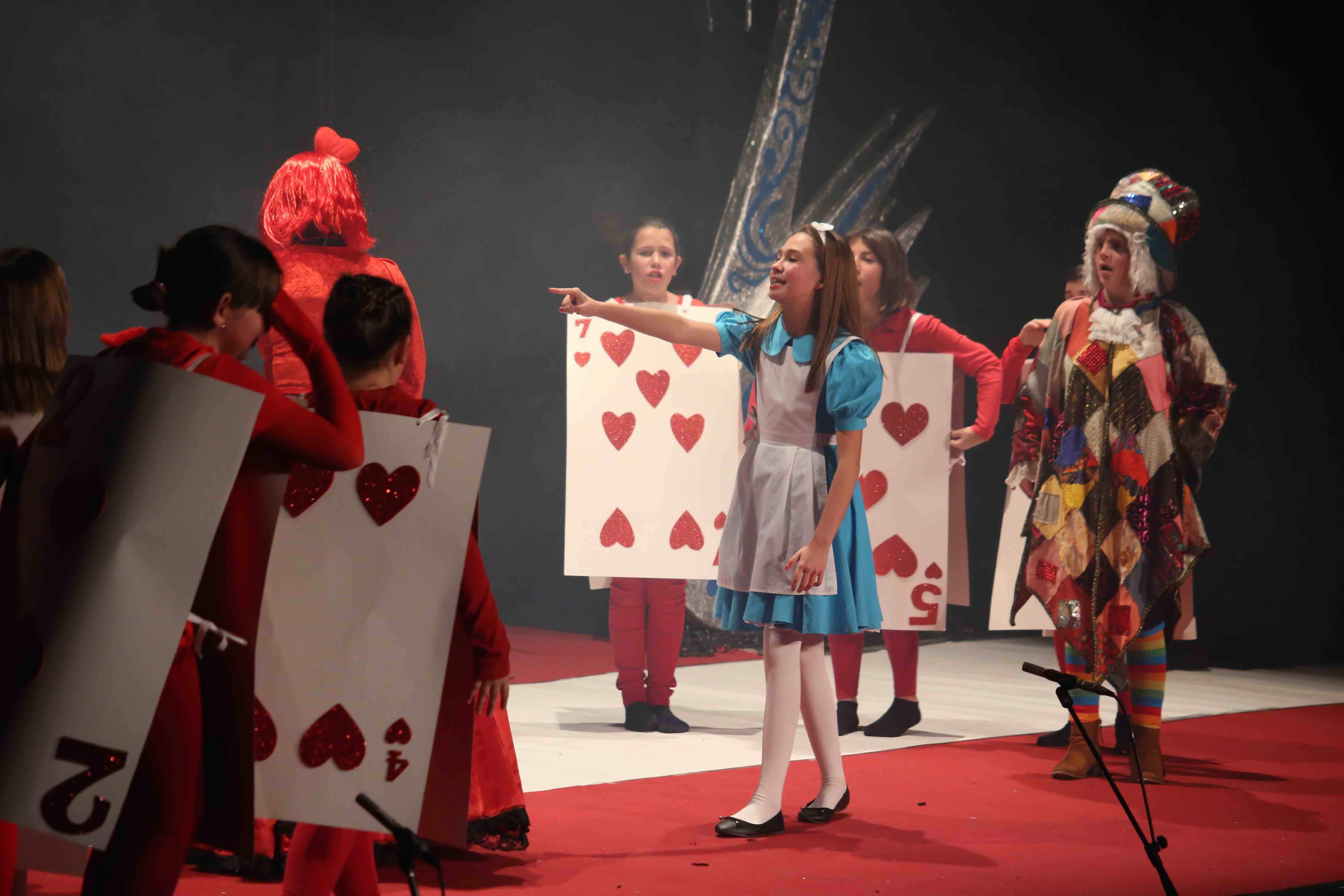 """Taller Municipal de Teatro de Cheste con la puesta en escena de """"Alicia""""."""
