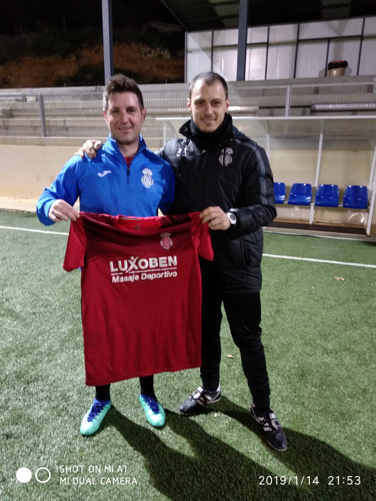 El delantero César ELón con el entrenador, Germán.