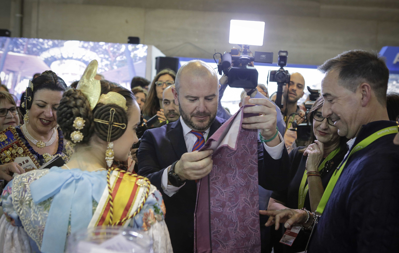 El presidente, Toni Gaspar, y la vicepresidenta, Mª Josep Amigó, recorren los espacios de Llíria y Riba-roja, representantes de la comarca en Fitur.