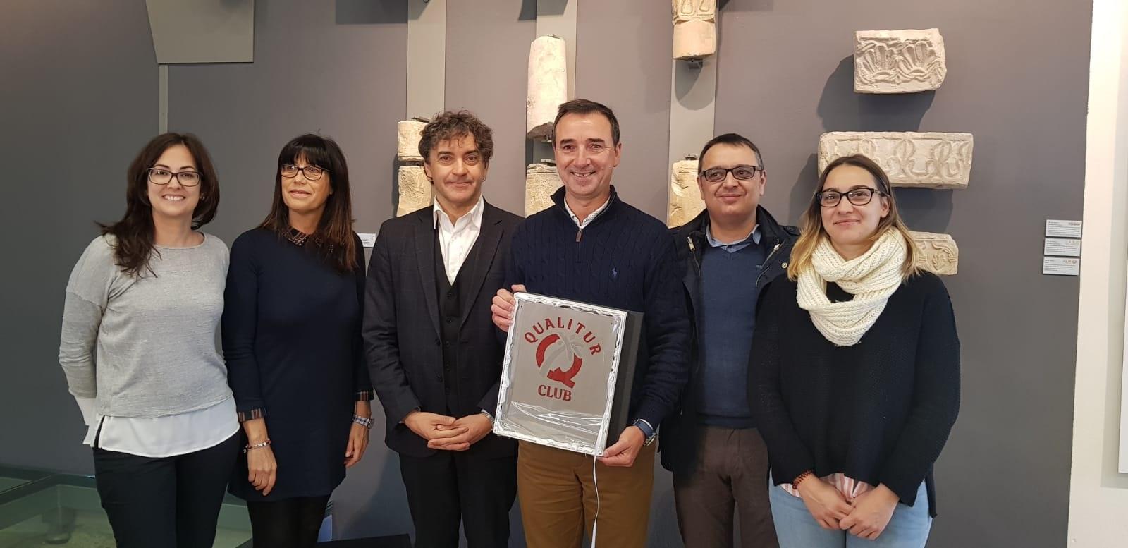 El secretario autonómico de Turisme, Francesc Colomer, ha entregado en Riba-roja de Túria la Q de Calidad Turística al Mupla-Museo Visigodo de Pla de Nadal de la localidad.