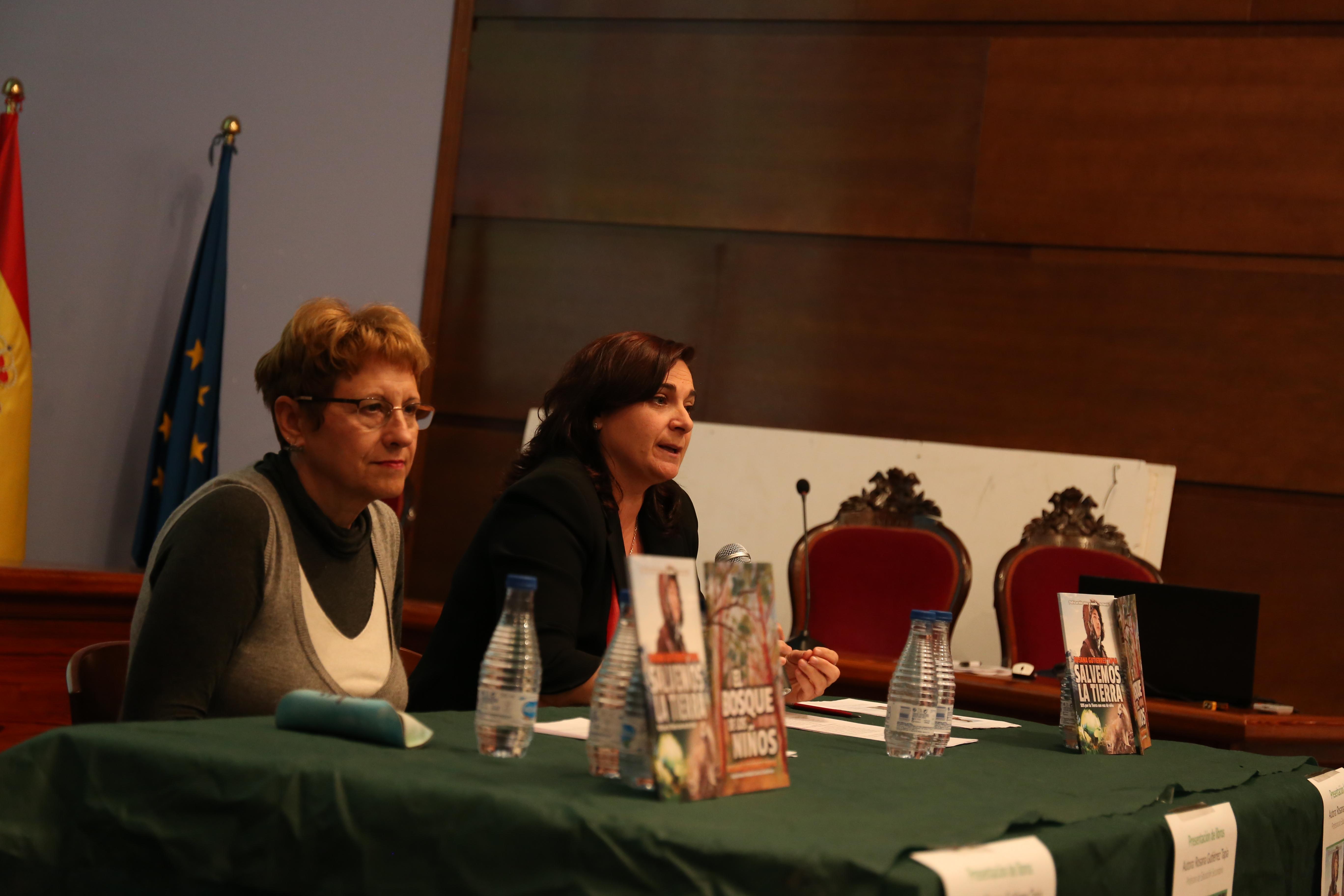 La escritora Rosana Gutiérrez Tapia junto a la concejala de cultura Mª Ángeles.