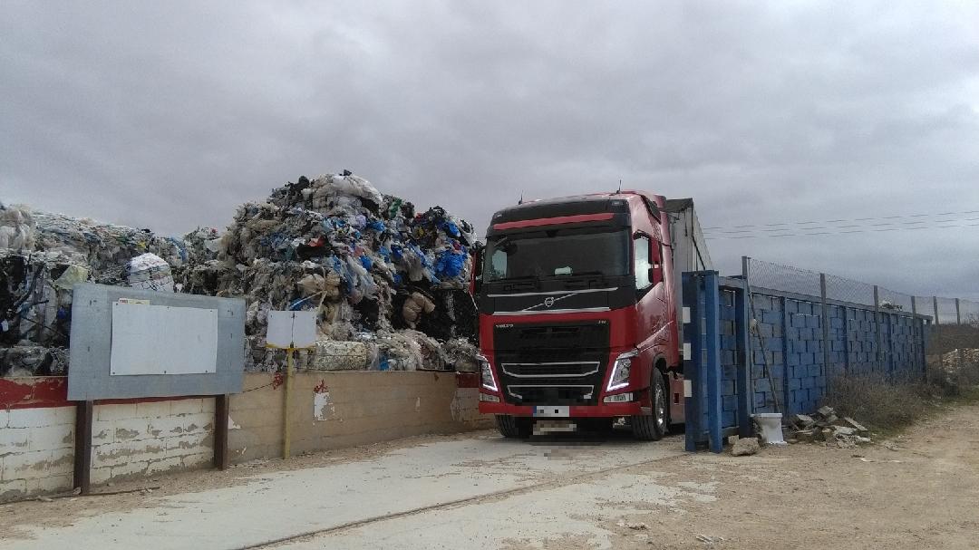 El plan de retirada se lleva a cabo con la coordinación de la Conselleria de Medio Ambiente, el Ayuntamiento de Utiel y las empresas que depositaron los residuos.