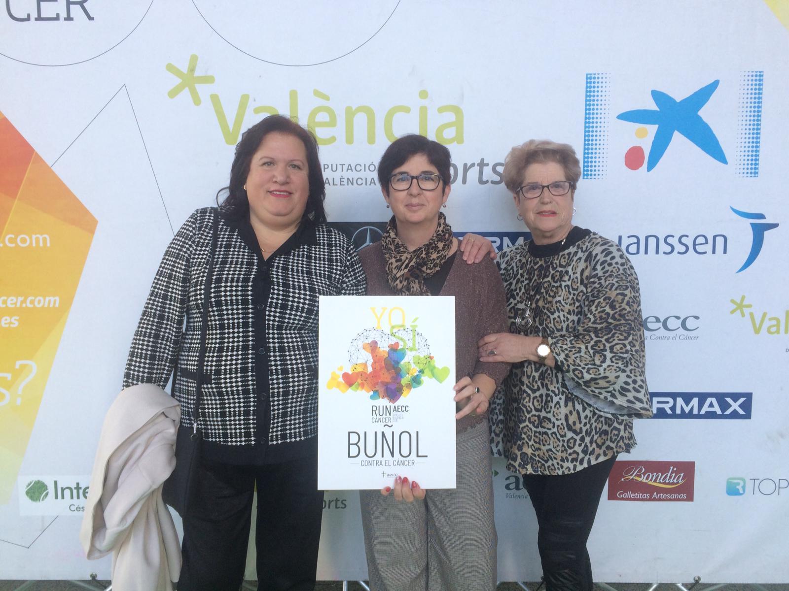 Un representación de la AECC de Buñol junto a la alcaldesa, Juncal Carrascosa, han asistido a la gala en el Palacio de Congresos.
