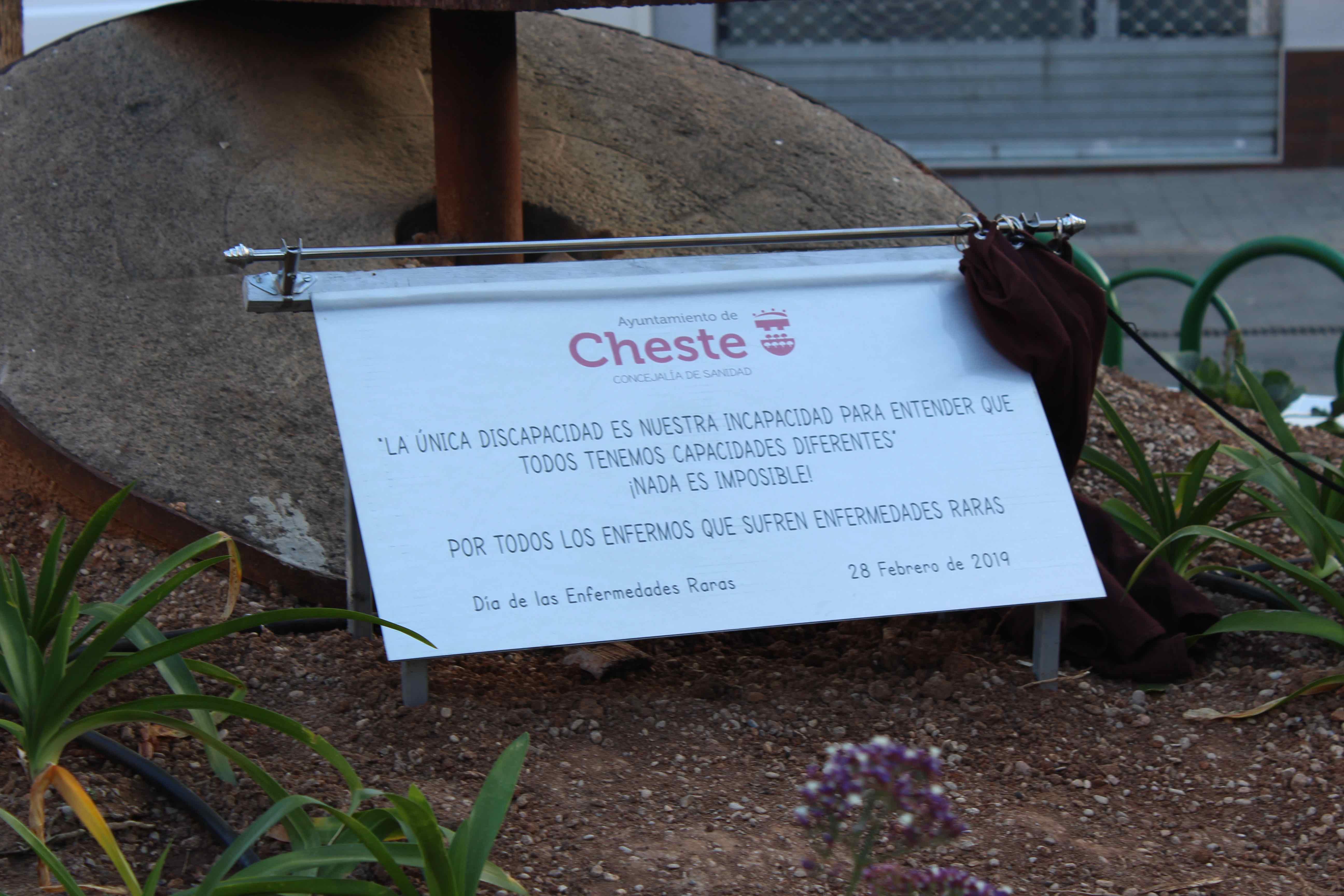 Cheste inaugura una placa en la plaza de la Constitución para visibilizar la realidad de las personas con enfermedades raras.