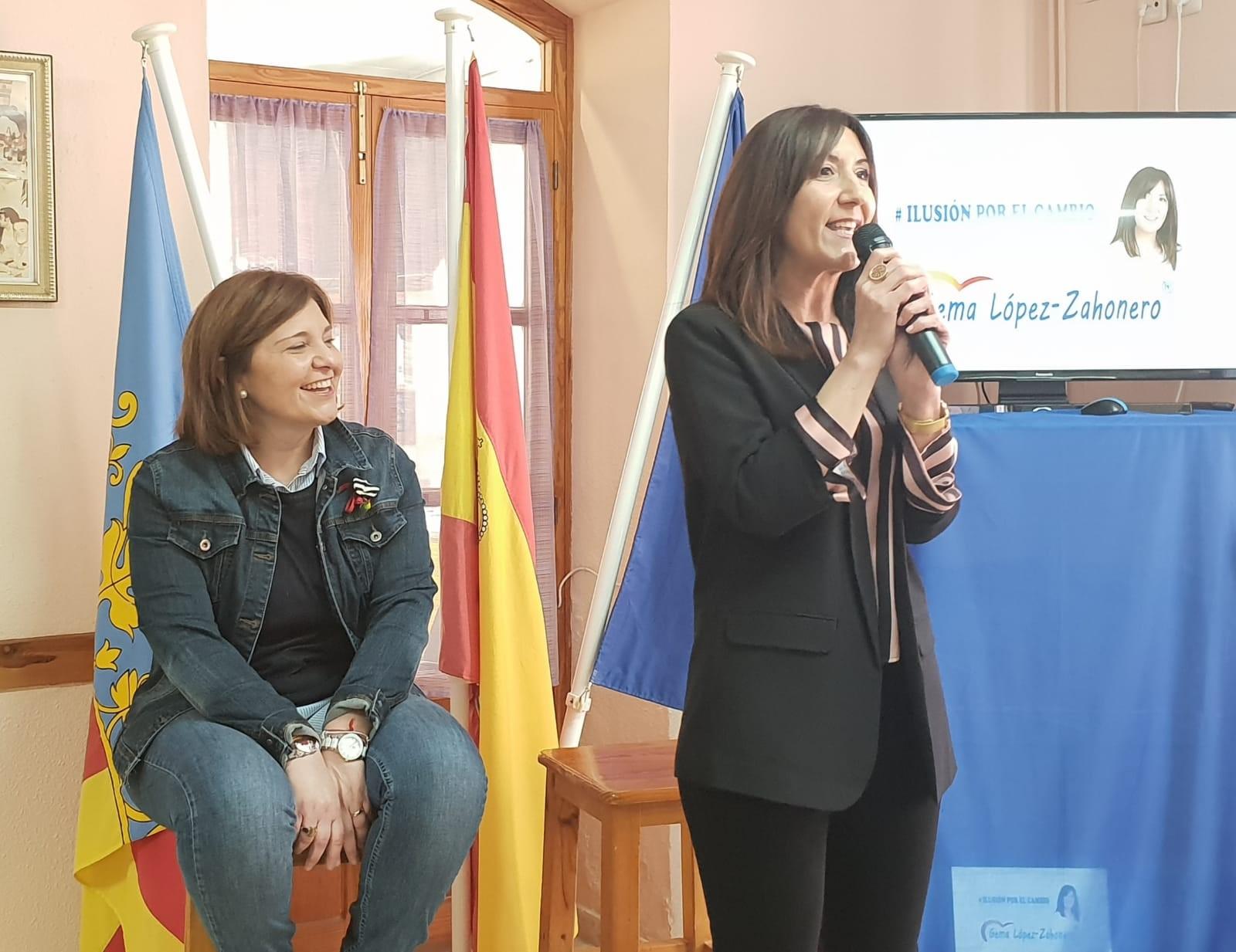Isabel Bonig en el acto de presentación de la candidata del PP en Siete Aguas, Gema López Zahonero.
