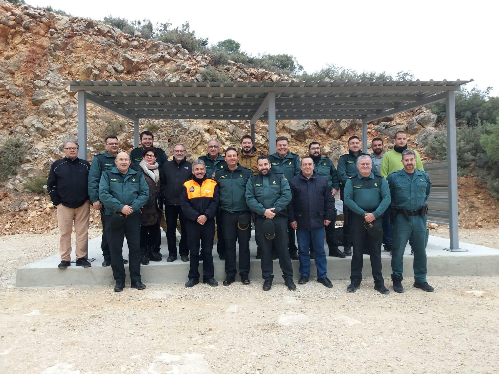Miembros de Guardia Civil, PC, Ayuntamiento empresa cementera en La Serratilla.