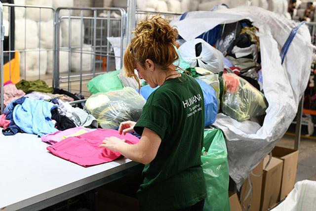 Los vecinos y las vecinas de Cheste han depositado un 62 % más de textil usado que el año anterior.