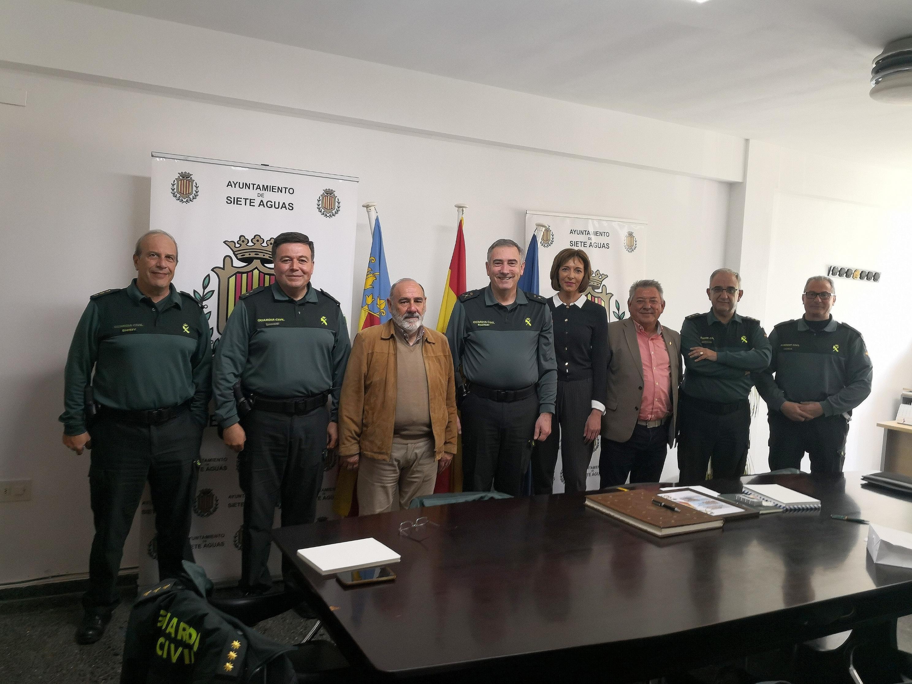El equipo de Gobierno de Siete Aguas con los altos responsables de la Guardia Civil en Valencia.