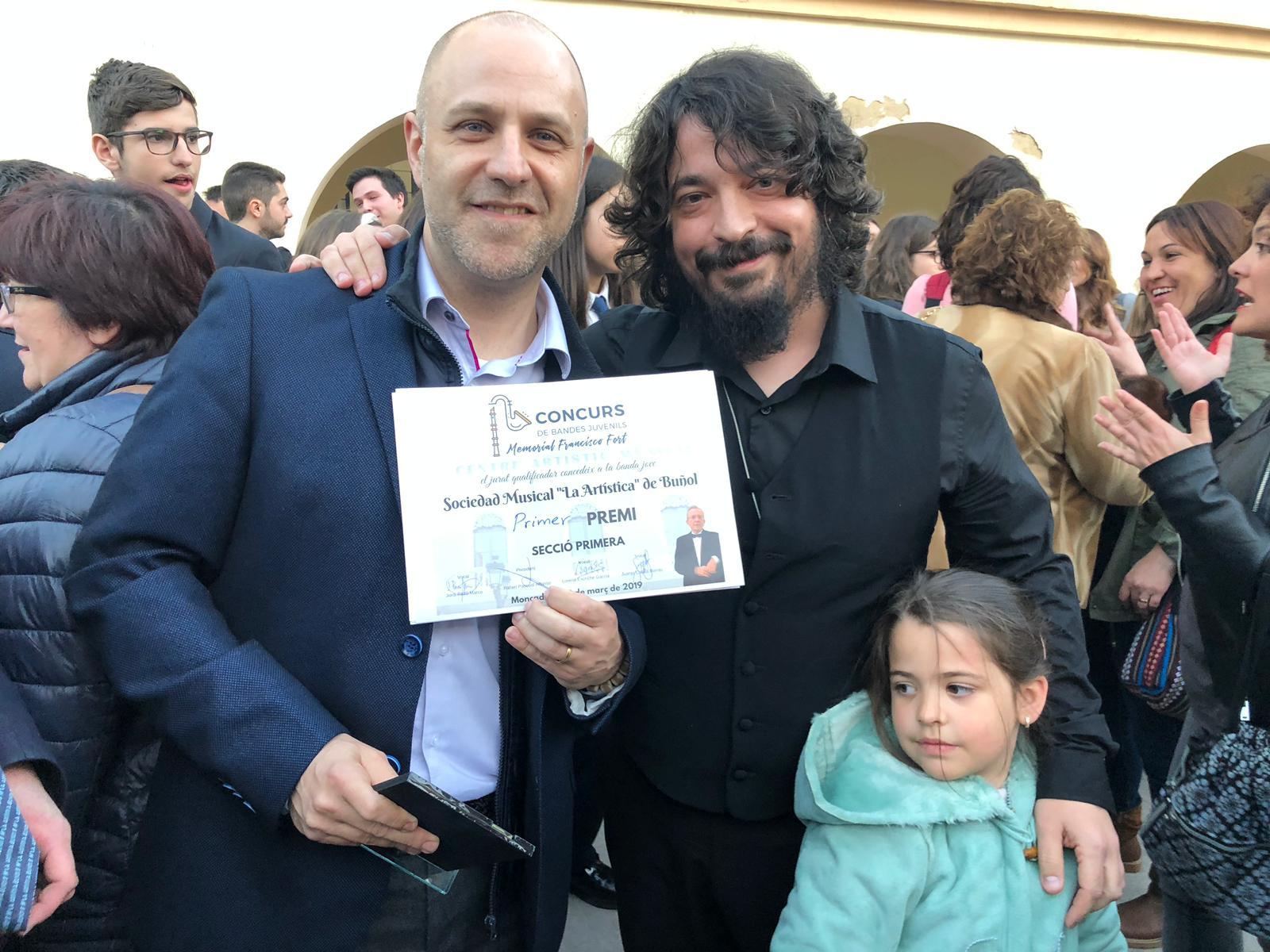 El presidente de «Los Feos» y el director de la Banda Juvenil con el premio.