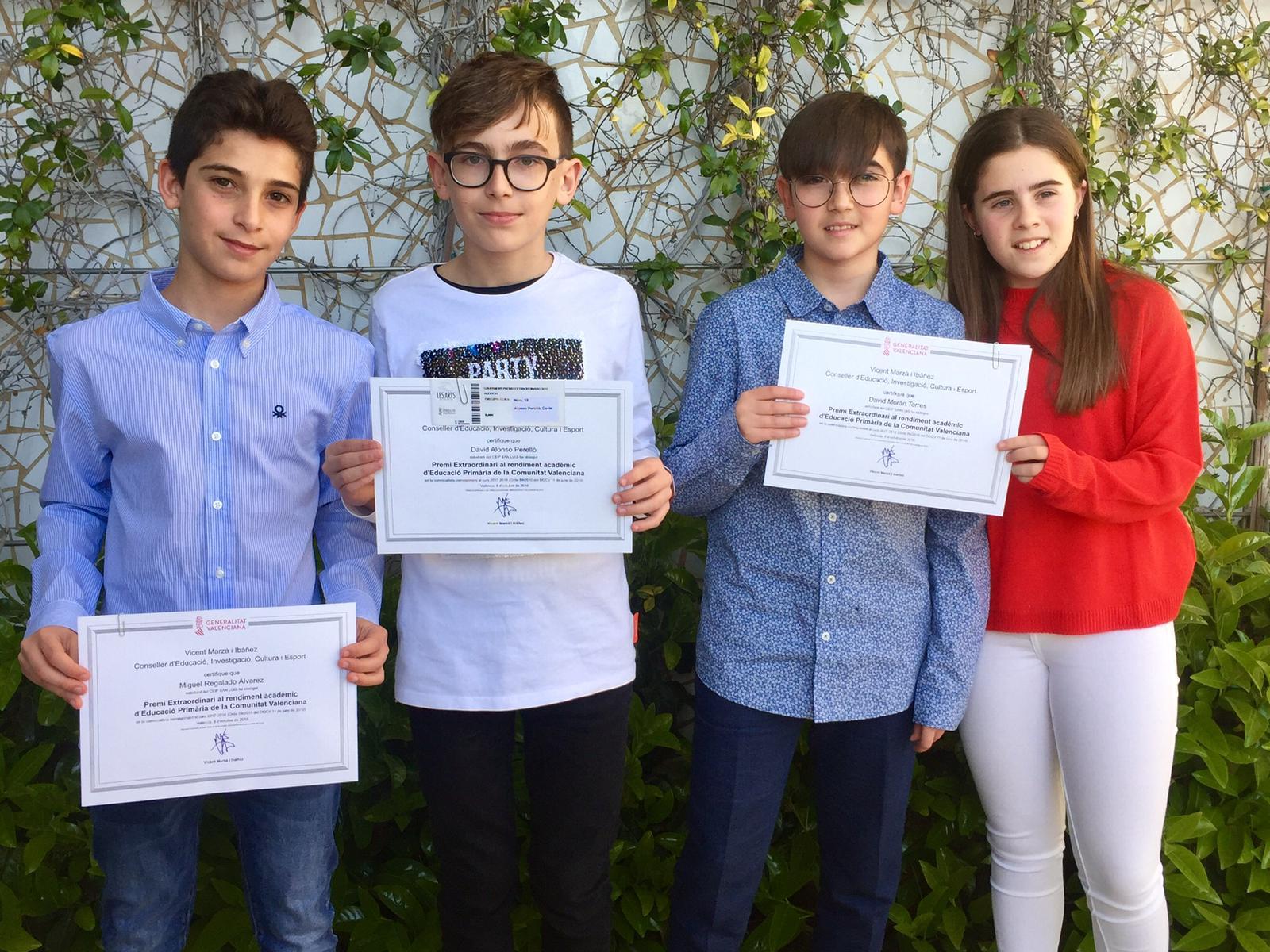 Los cuatro alumnos premiados.