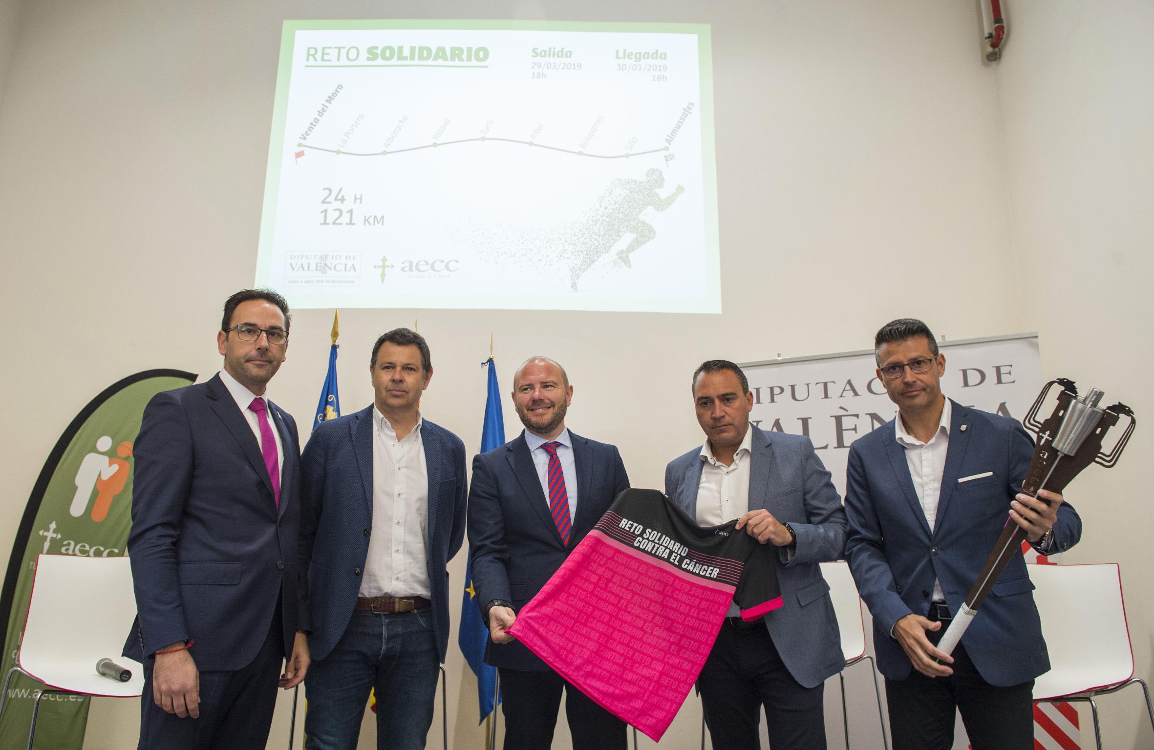 Medio centenar de personas recorrerán 121 kilómetros contra el cáncer entre Venta del Moro y Almussafes.