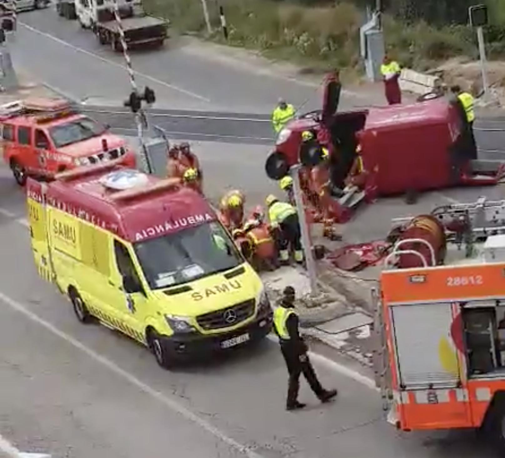 Tareas de rescate dfe los bomberos en el paso a nivel de Chiva.