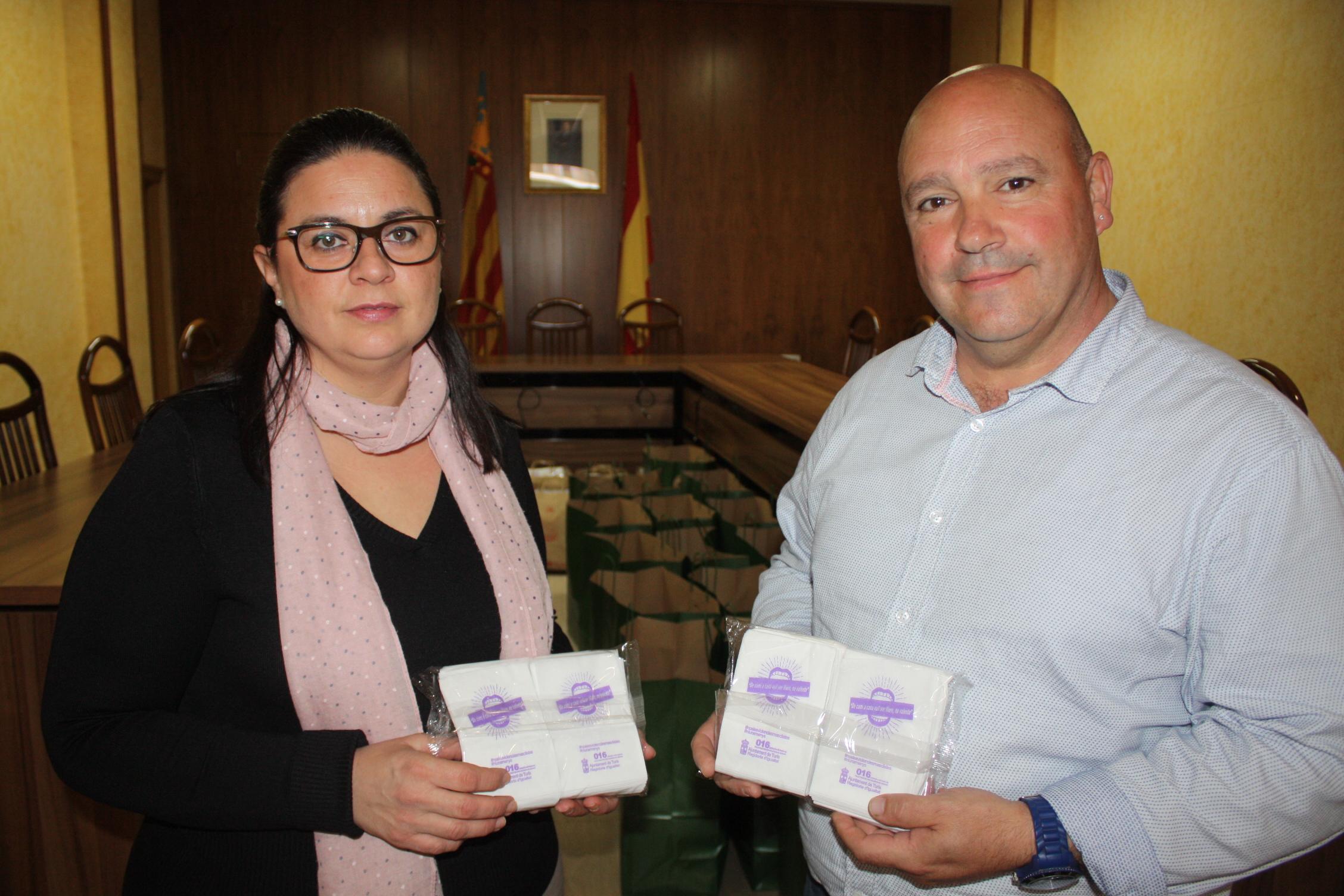 El Alcalde de Turís, Eugenio Fortaña, y la concejala de Bienestar Social y Mujer, Núria Montero.