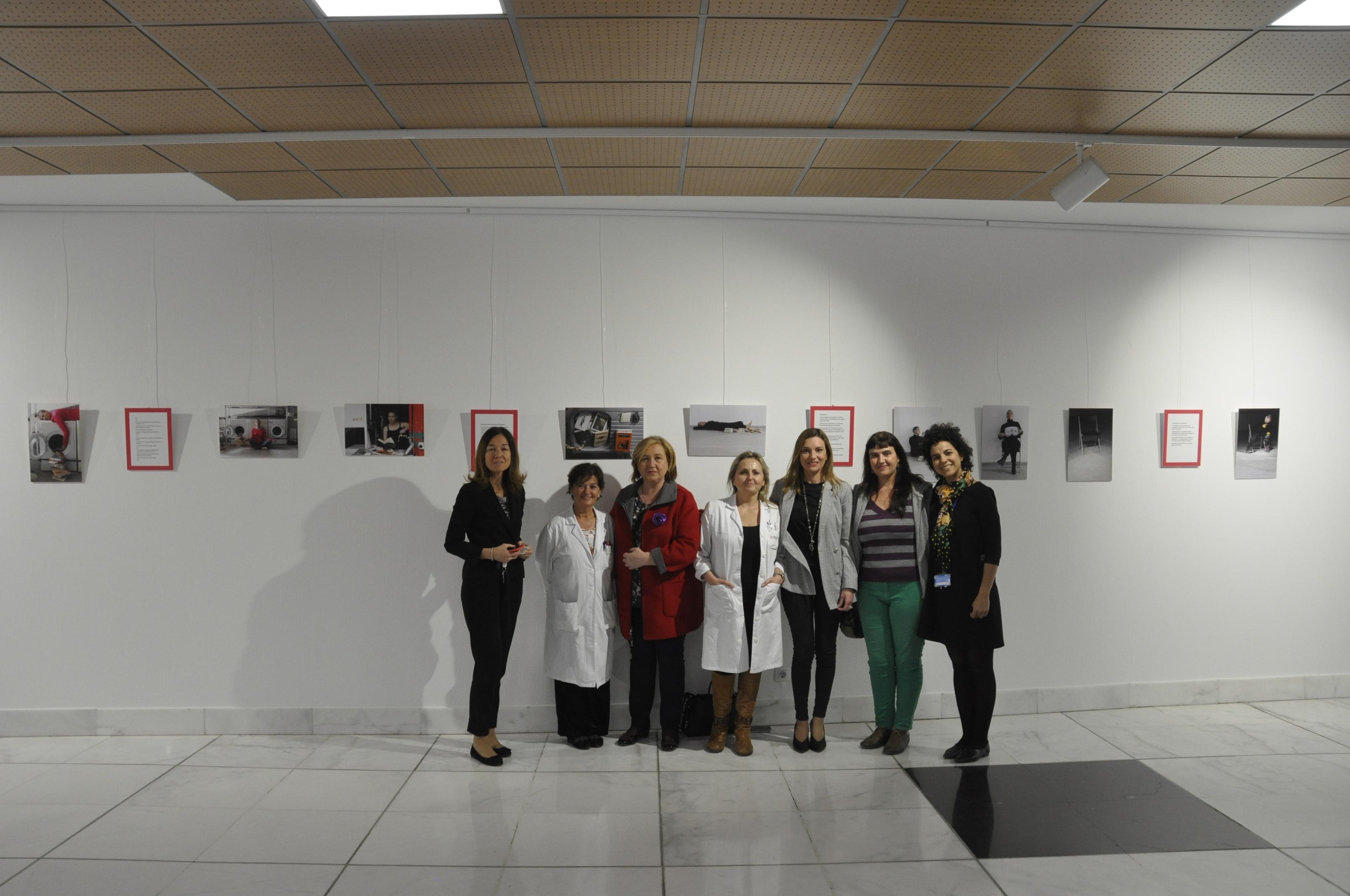 La exposición está compuesta por 13 fotografías y 6 textos de la artista Pilar Taberner sobre las desigualdades que se derivan de los roles.