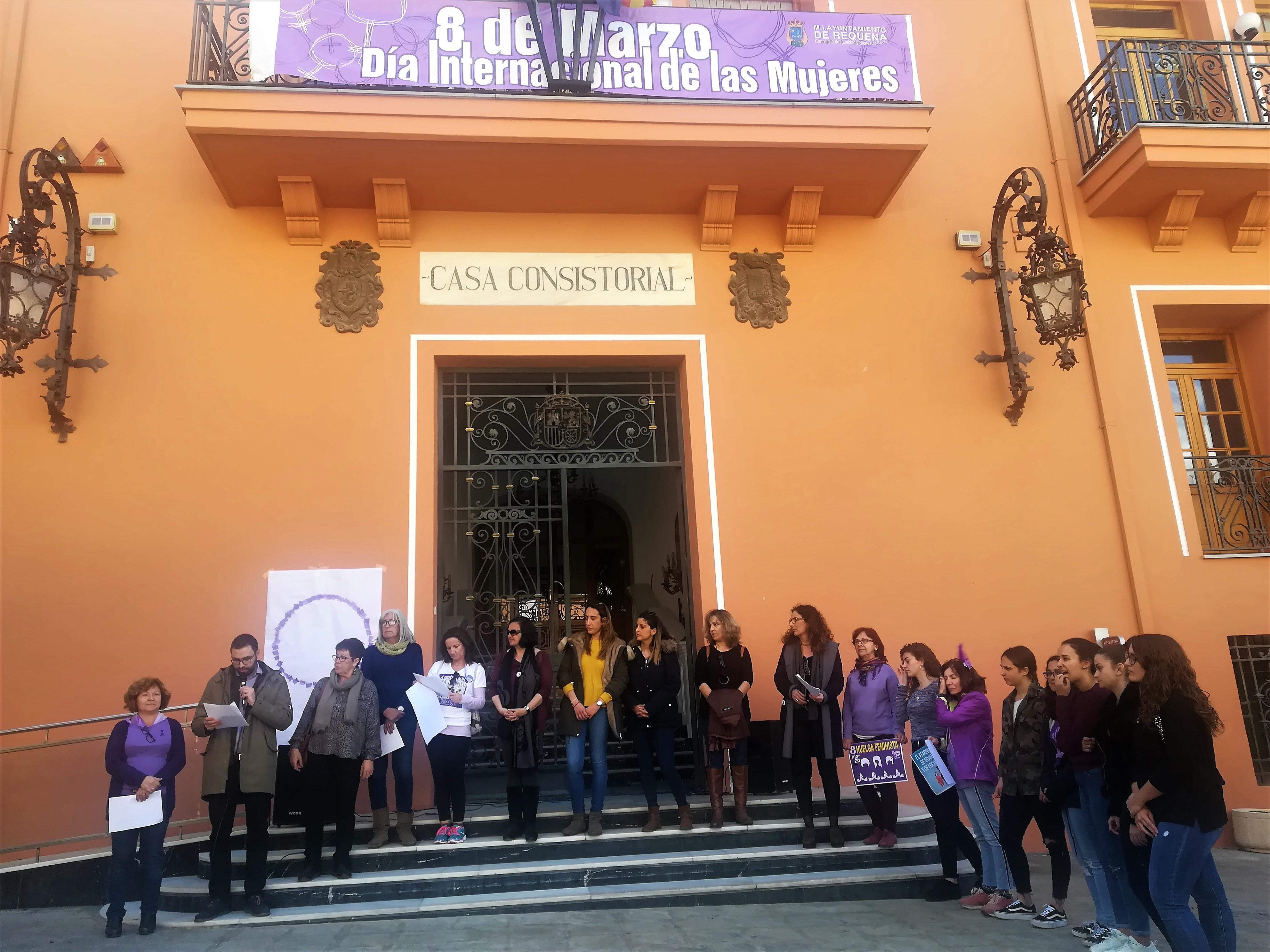 A las 13 horas se ha realizado una concentración y la lectura del Manifiesto del Día Internacional de las Mujeres en la puerta del Ayuntamiento.