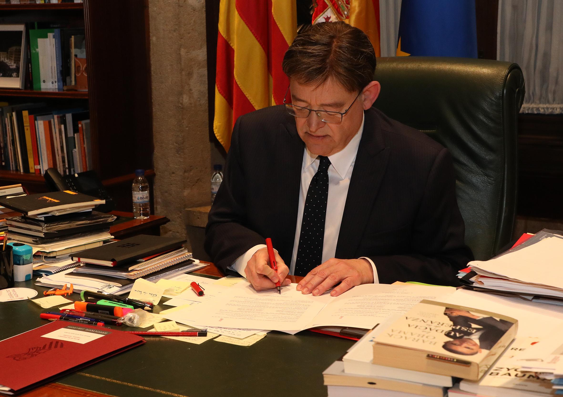 Convoca los comicios autonómicos el 28A y se convierte en el primer president de la Generalitat en ejercer una competencia reservada a las comunidades históricas.