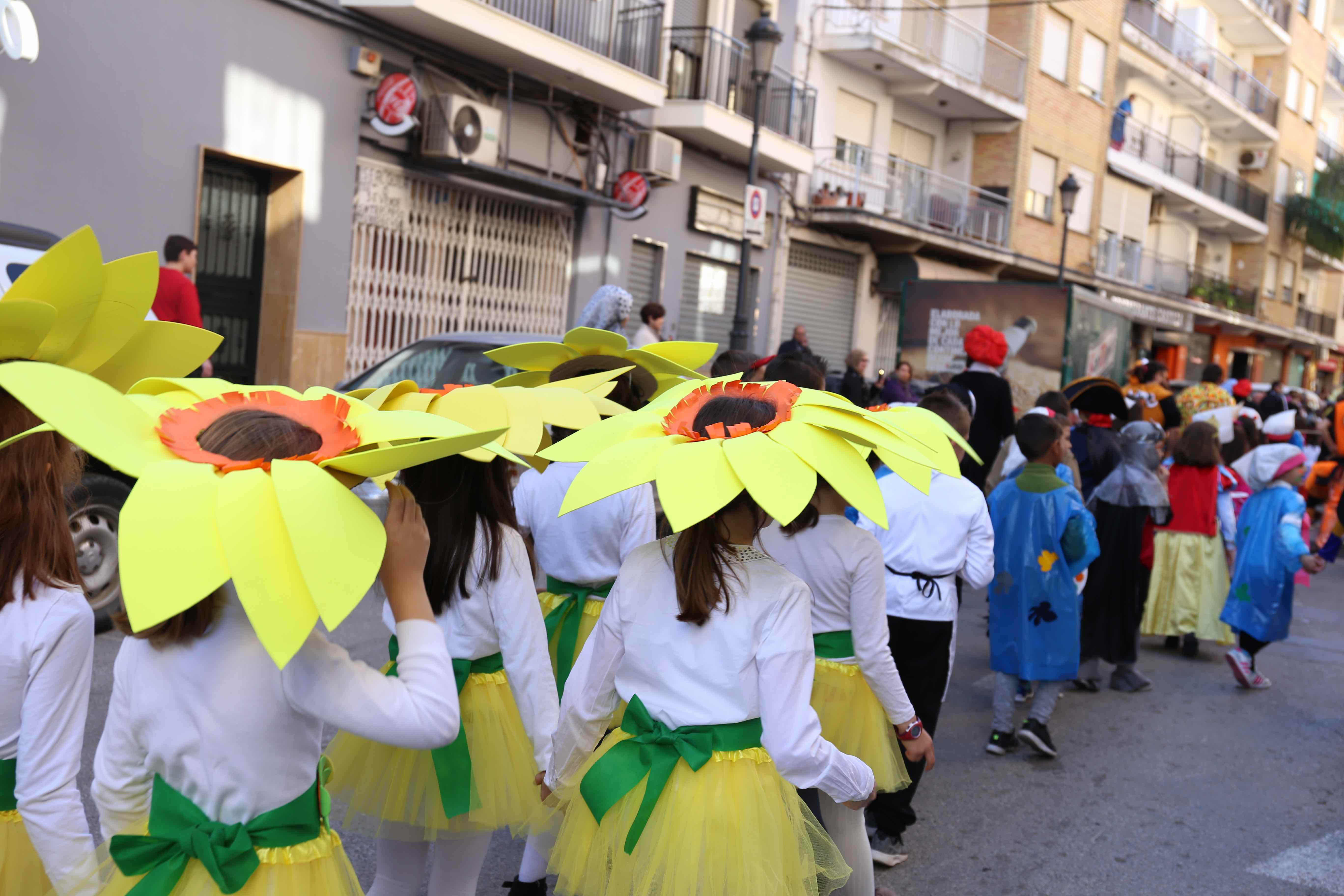 Cientos de niños y niñas celebran el carnaval en Cheste.
