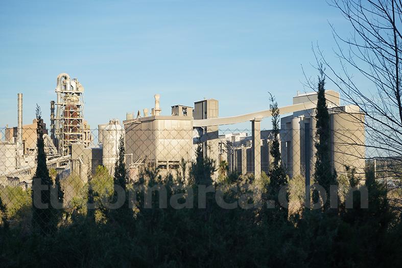 Planta que la empresa cementera Cemex tiene en el término de Buñol.