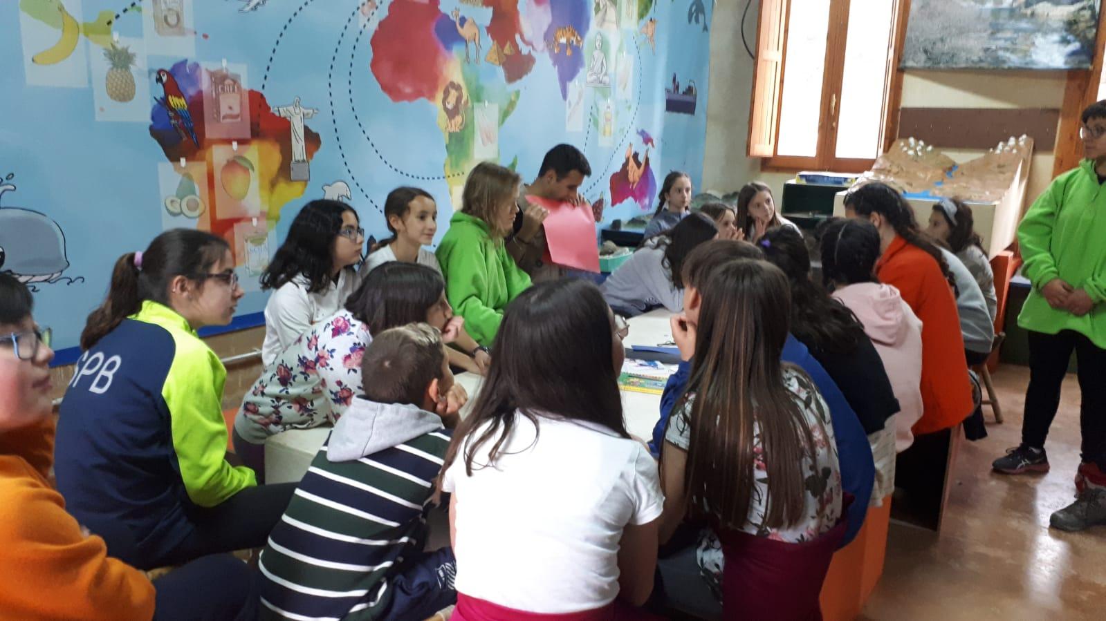 60 niños y niñas disfrutan del campamento de Pascua.
