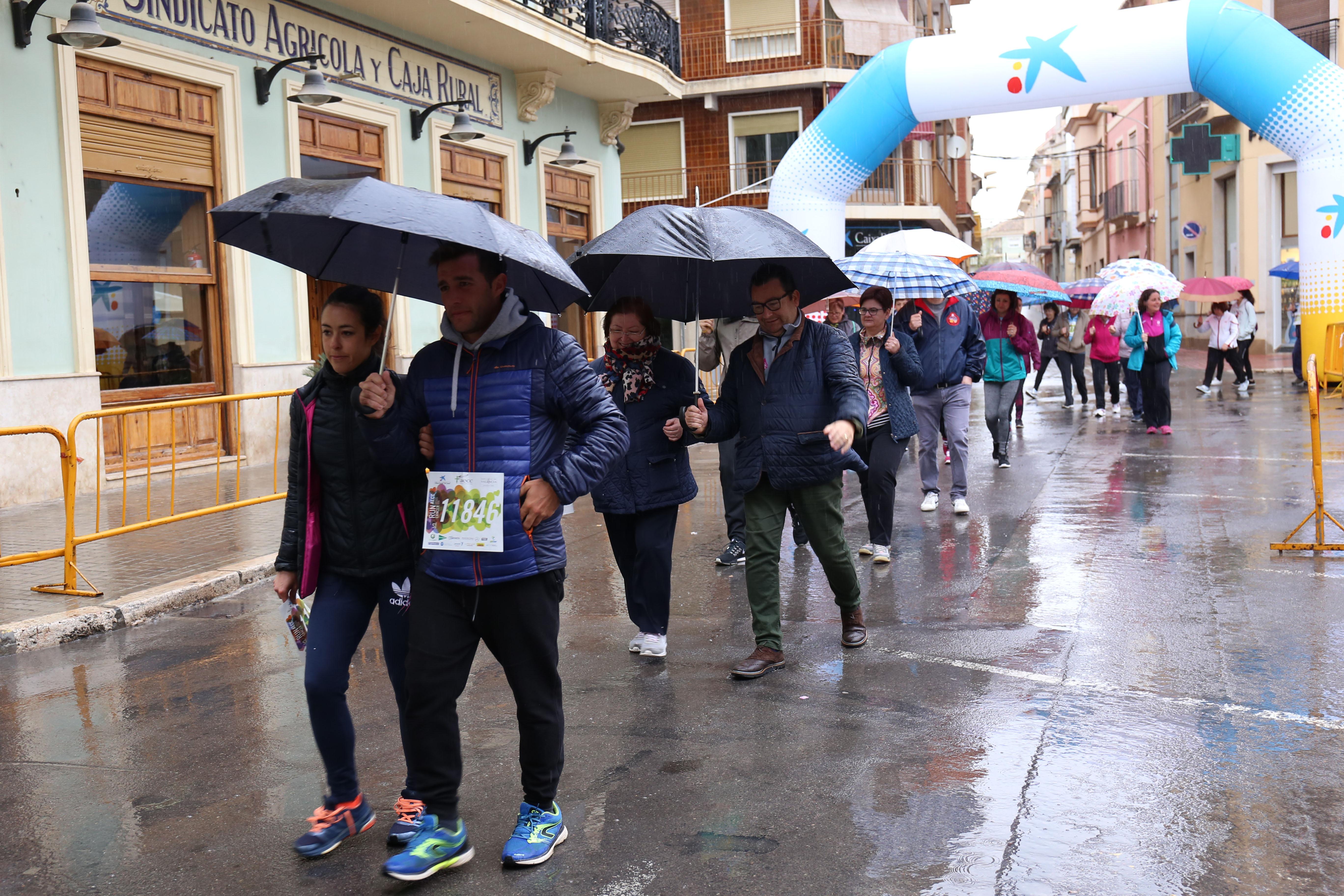 La lluvia no impide que población de Cheste se vuelque con la causa del circuito RunCáncer 2019.
