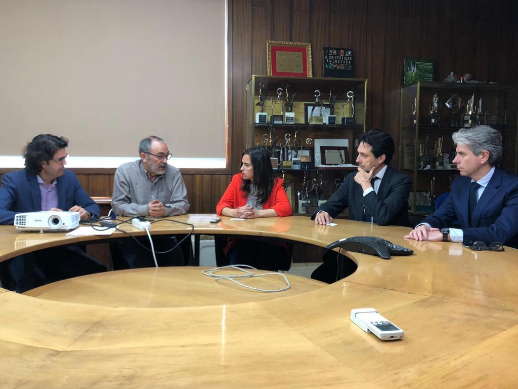 Durante su visita a Buñol, Belén Hoyo ha estado acompañada del diputado Vicente Betoret y del portavoz en el plenario local del PP, Marcial Díaz.