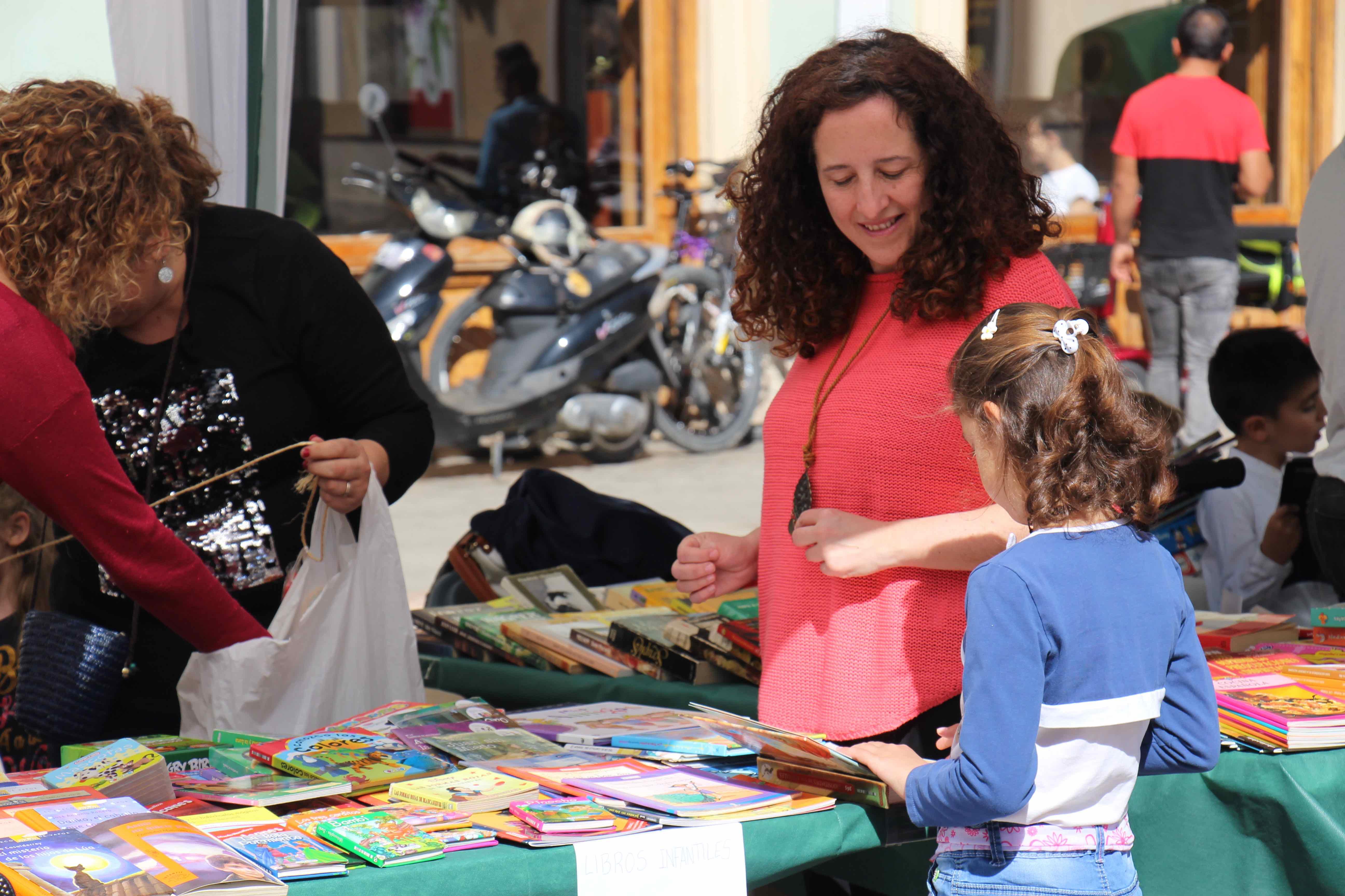 Multitud de vecinos y vecinas de Cheste celebran el Día Internacional del Libro.