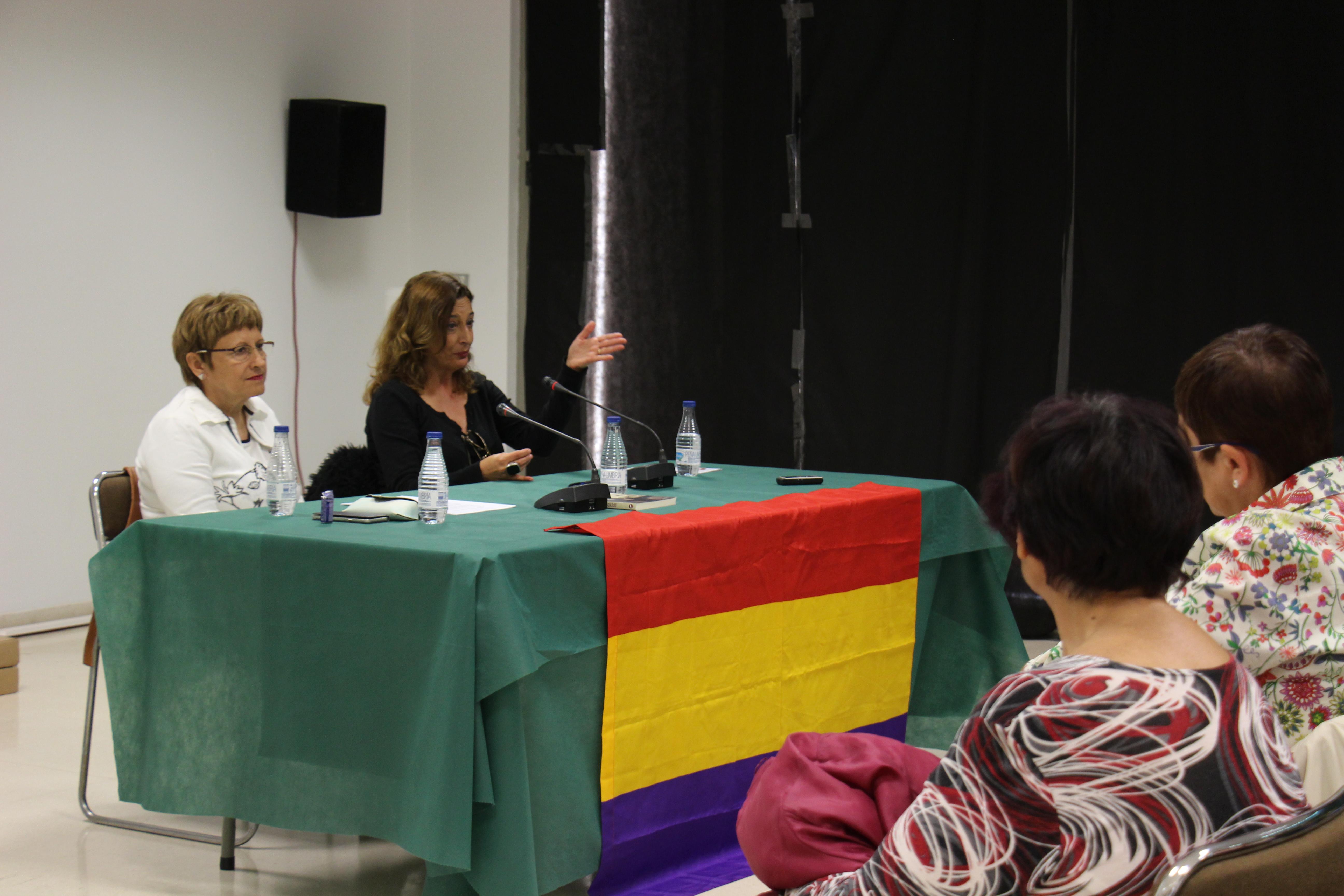 """Cheste reivindica el papel de la mujer republicana con la presentación del libro """"Apenas unos segundos""""."""