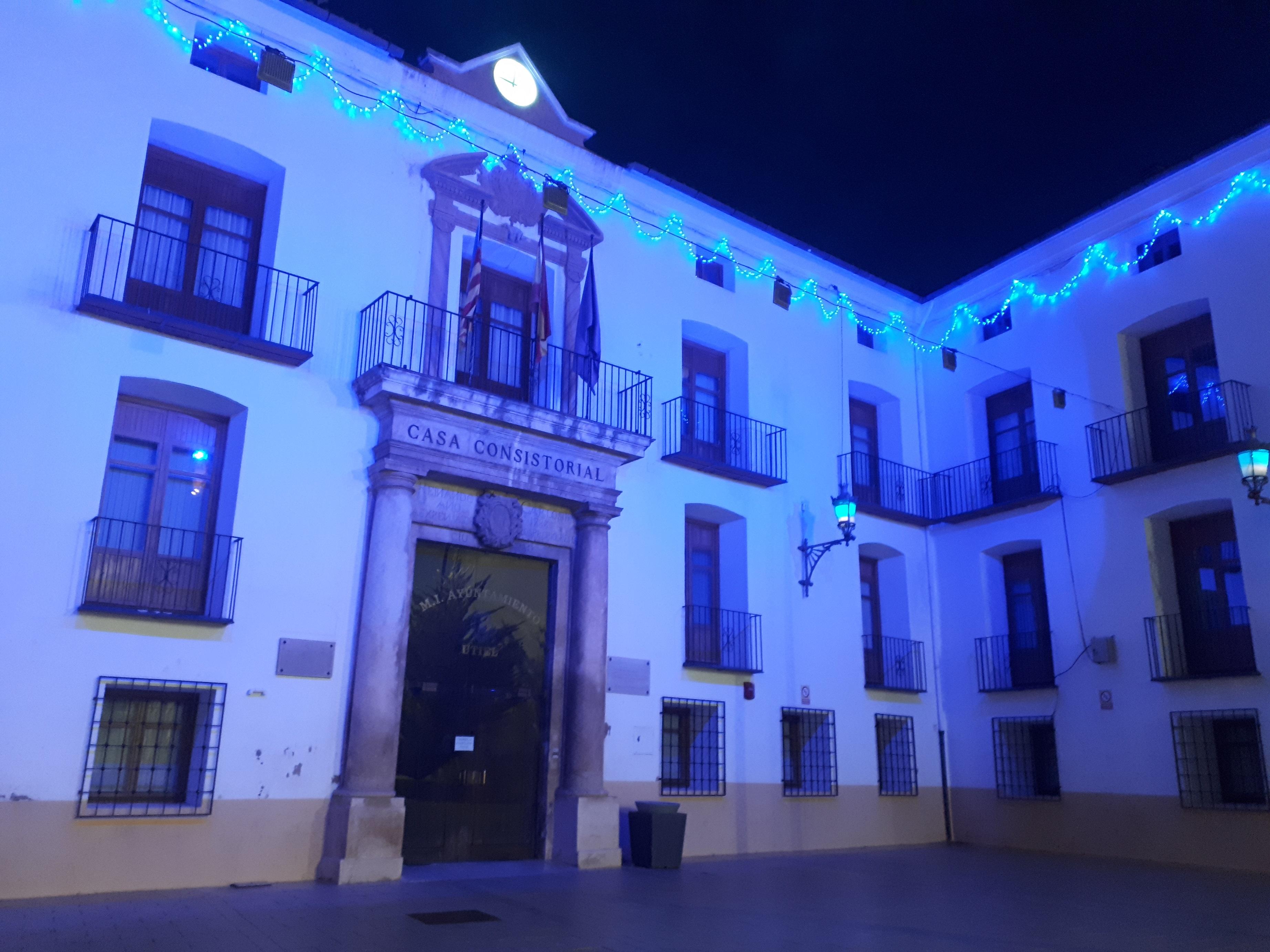 La fachada del Ayuntamiento de Utiel y el monumento de la Puerta del Sol se tiñen de azul como muestra de solidaridad con el colectivo TEA.