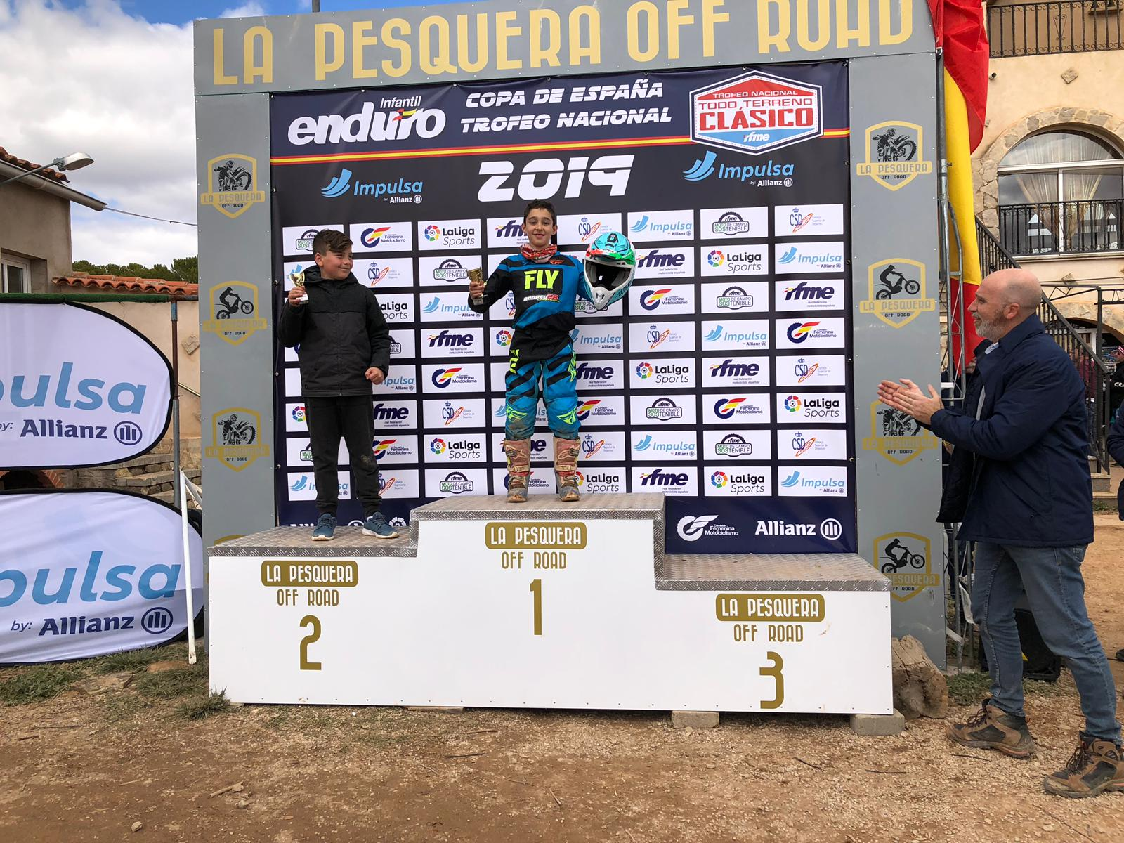 El joven piloto buñolense Vicente Galarza arriba del podio.