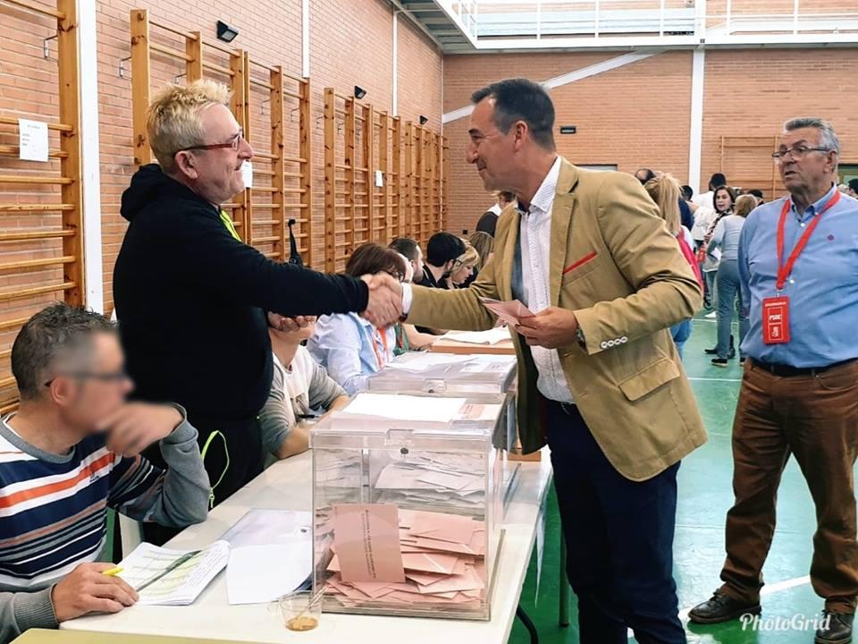 Robert Raga, alcalde de Riba-roja votando.